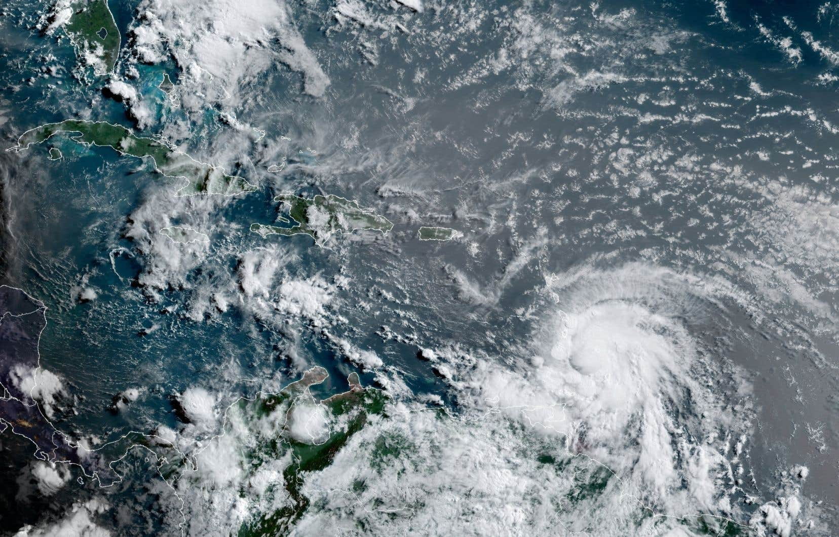 Elsa a pris suffisamment de force, vendredi, pour devenir officiellement le premier ouragan de la saison dans l'Atlantique.