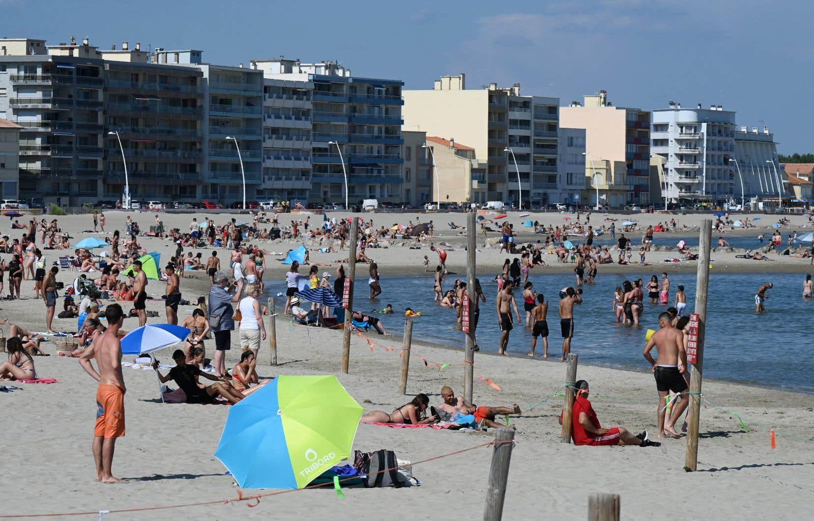 Des Français ont profité de l'assouplissement des mesures sanitaires pour aller se rafraîchir à la plage de Palavas-les-Flots, dans le sud de la France.