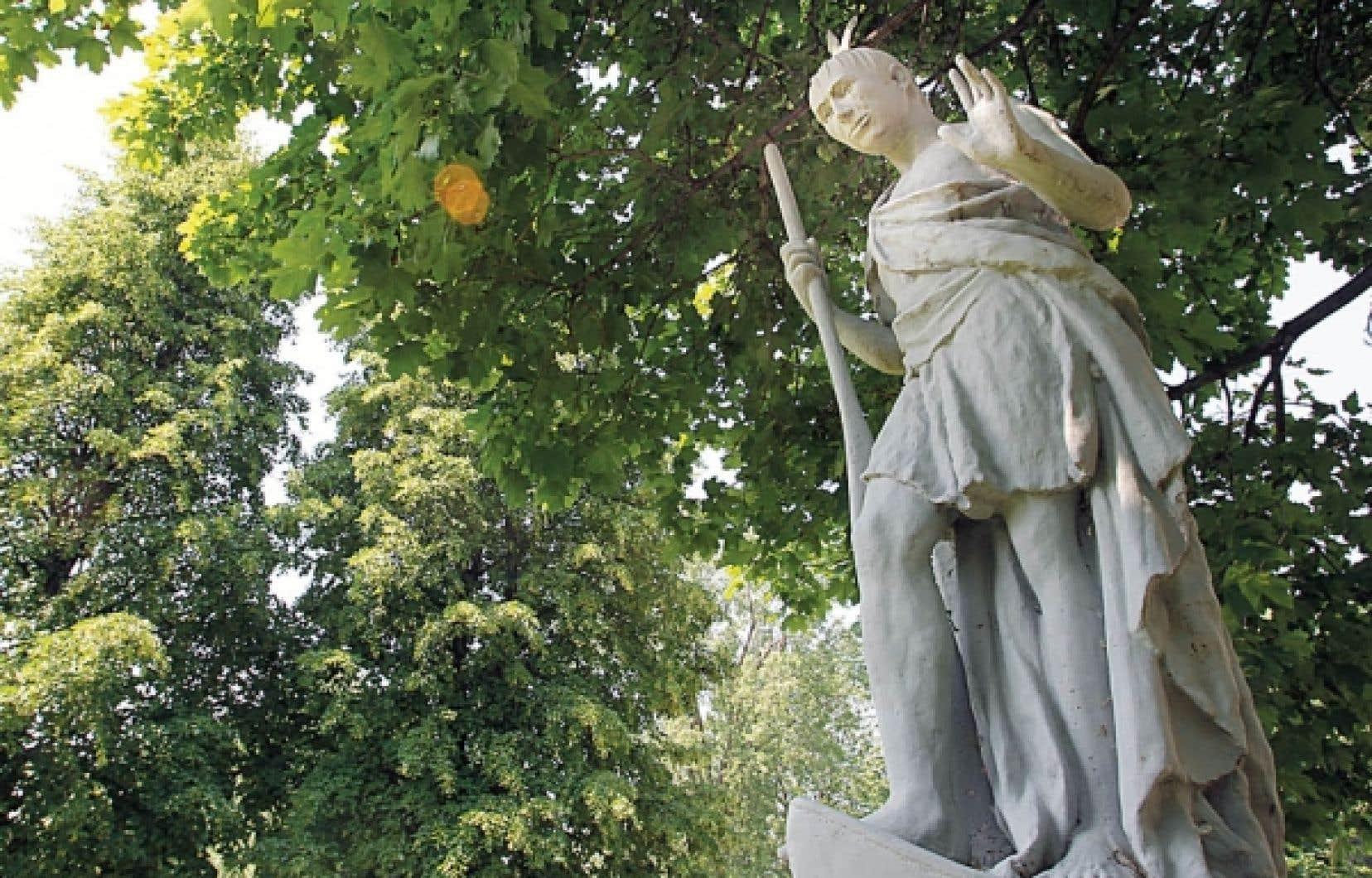 La statue d'Ahuntsic sur le terrain de l'église de la Visitation.