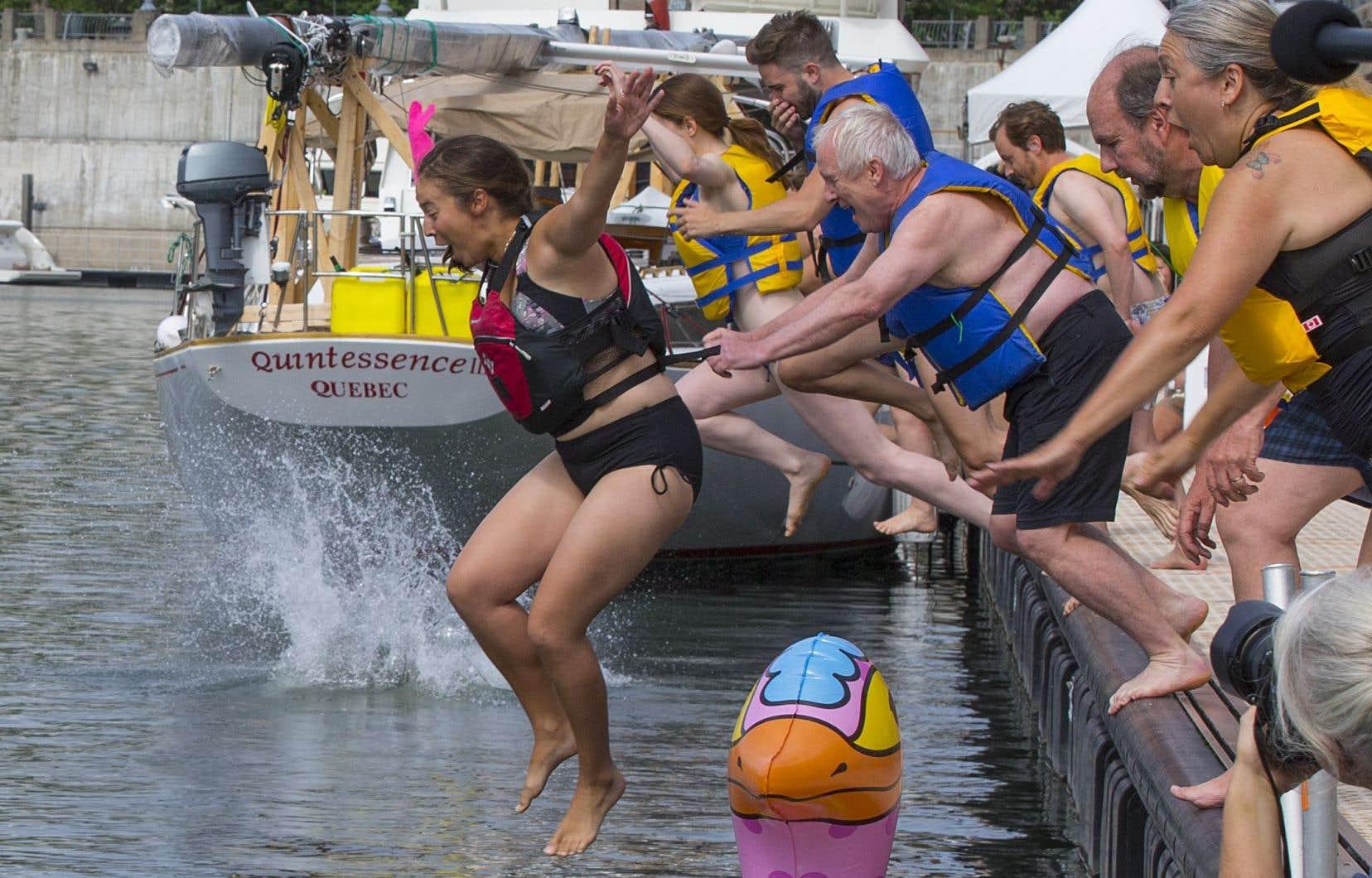 Pour la 15e année, quelques dizaines de personnes ont fait un «Grand Splash» dans les eaux du Vieux-Port de Montréal, normalement interdites à la baignade.