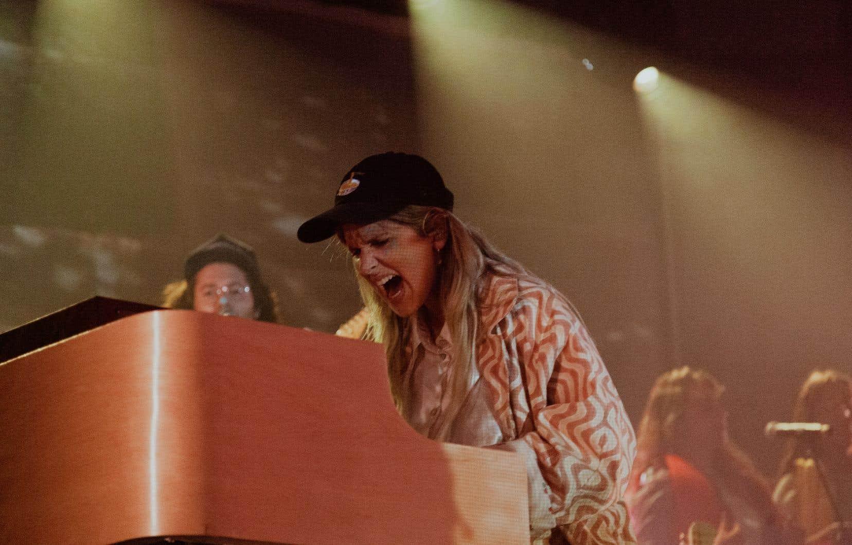 On retient beaucoup l'énergie de Klô Pelgag, plus Freddie Mercury que jamais, martelant son piano, donnant des coups de pied dans les airs, chantant les crocs sortis, parcourant la scène de long en large quand elle le pouvait.
