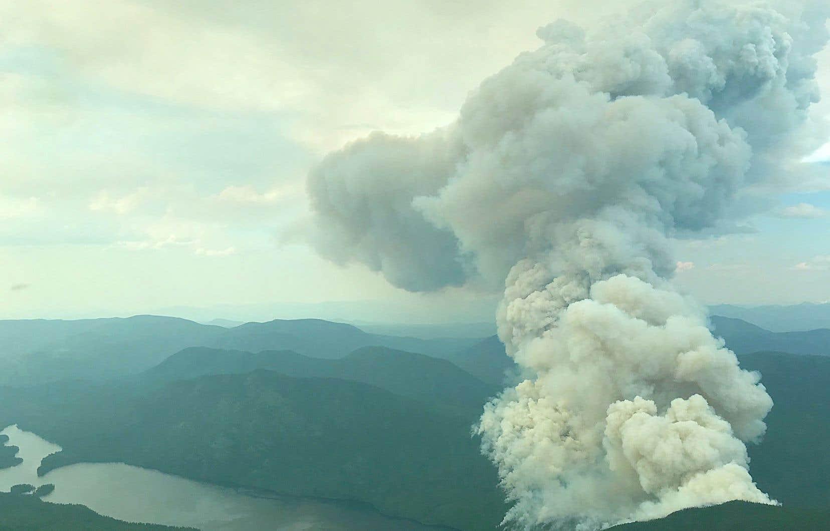 Une vingtaine d'ordres d'évacuation ou d'alertes d'évacuation étaient en vigueur en Colombie-Britannique dimanche. Sur la photo, un incendie de forêt près de Horsefly, la semaine dernière.