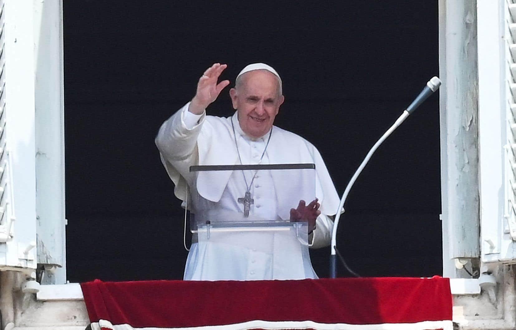Dimanche midi, le pape François a célébré la traditionnelle prière dominicale Regina Coeli à la fenêtre de la résidence Sainte-Marthe pour les fidèles rassemblés sous un soleil de plomb sur la place Saint-Pierre.