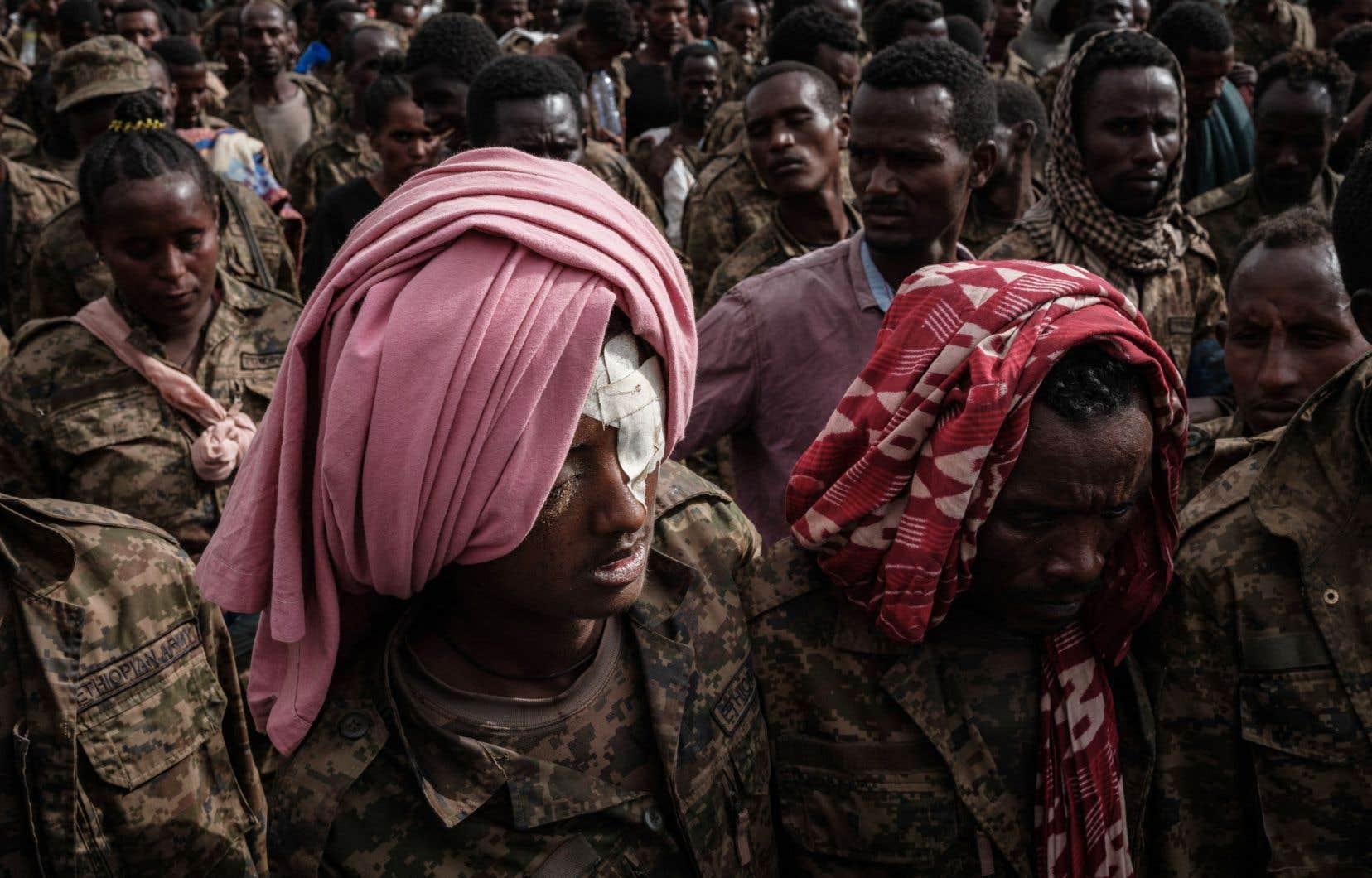 Des soldats éthiopiens captifs se dirigent vers le centre de réadaptation de Mekele, à Mekele, la capitale de la région du Tigré, en Éthiopie, le 2 juillet dernier.