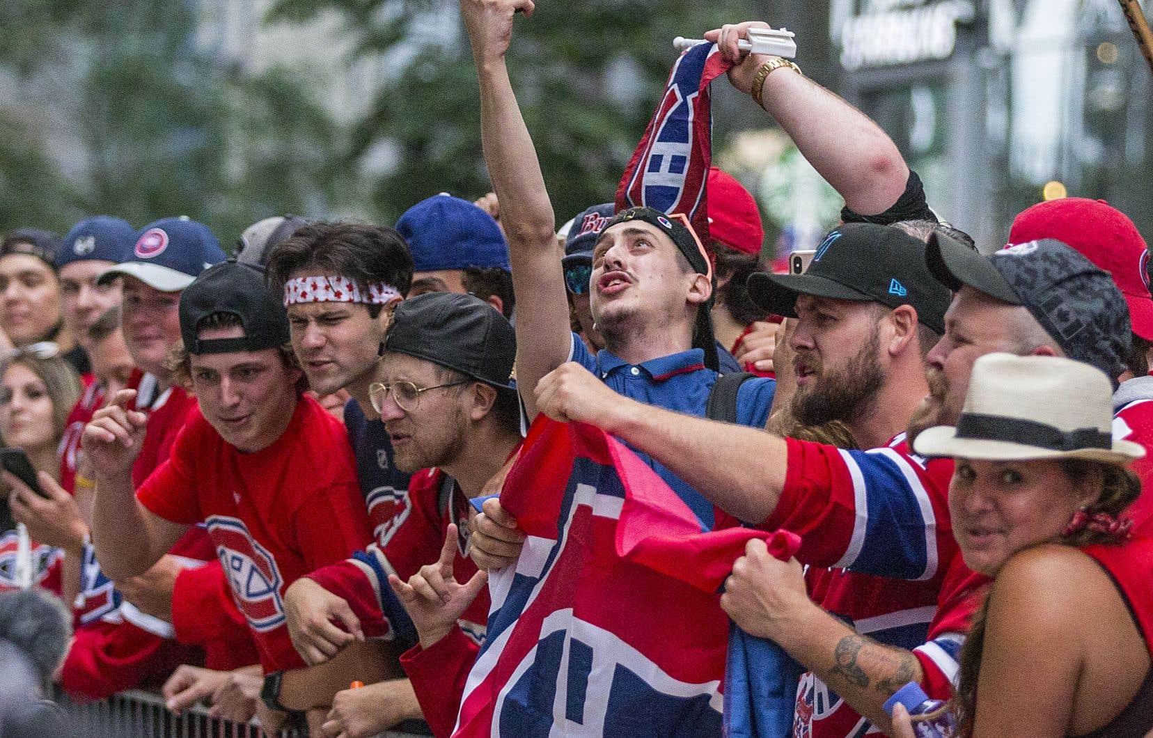 Des centaines de partisans sont réunispour encourager leurs favoris partout au Québec.