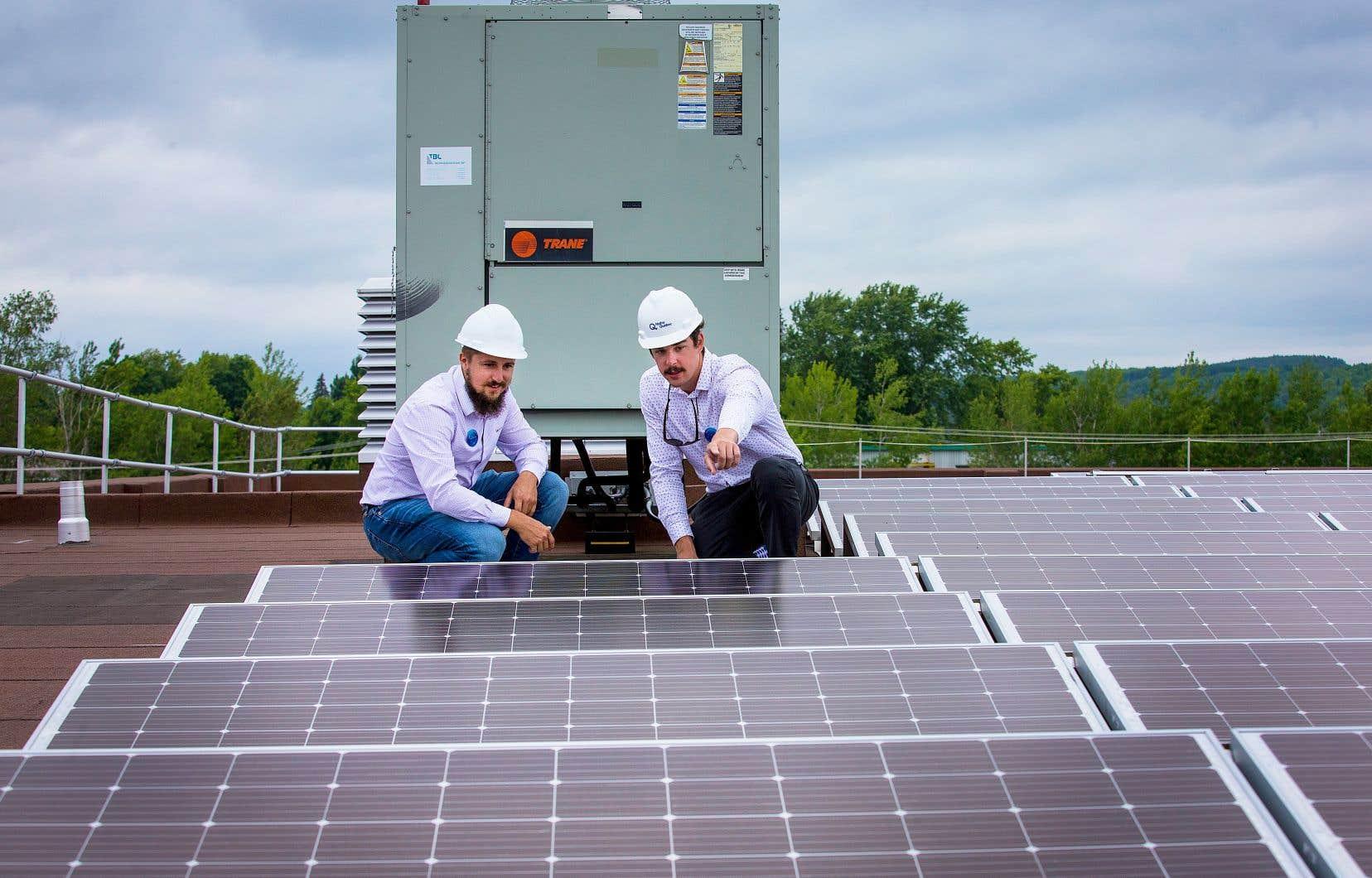 Construit par Hydro-Québec et des partenaires du secteur privé, le parc solaire de Lac-Mégantic est doté d'un peu plus de 1800 panneaux placés sur les toits du complexe sportif municipal (sur la photo) et d'une partie de la trentaine de bâtiments qui forment le centre-ville de la municipalité.