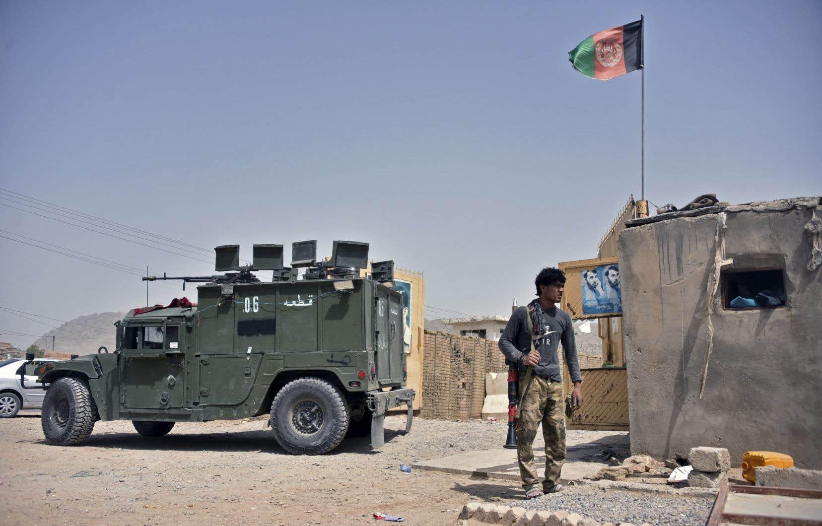 Des centaines de soldats et de miliciens qui soutiennent le gouvernement ont été appelés en renfort dans les provinces du Takhar et du  Badakhshan, où les talibans se sont emparés en peu de temps de larges pans de territoires, parfois sans même combattre.