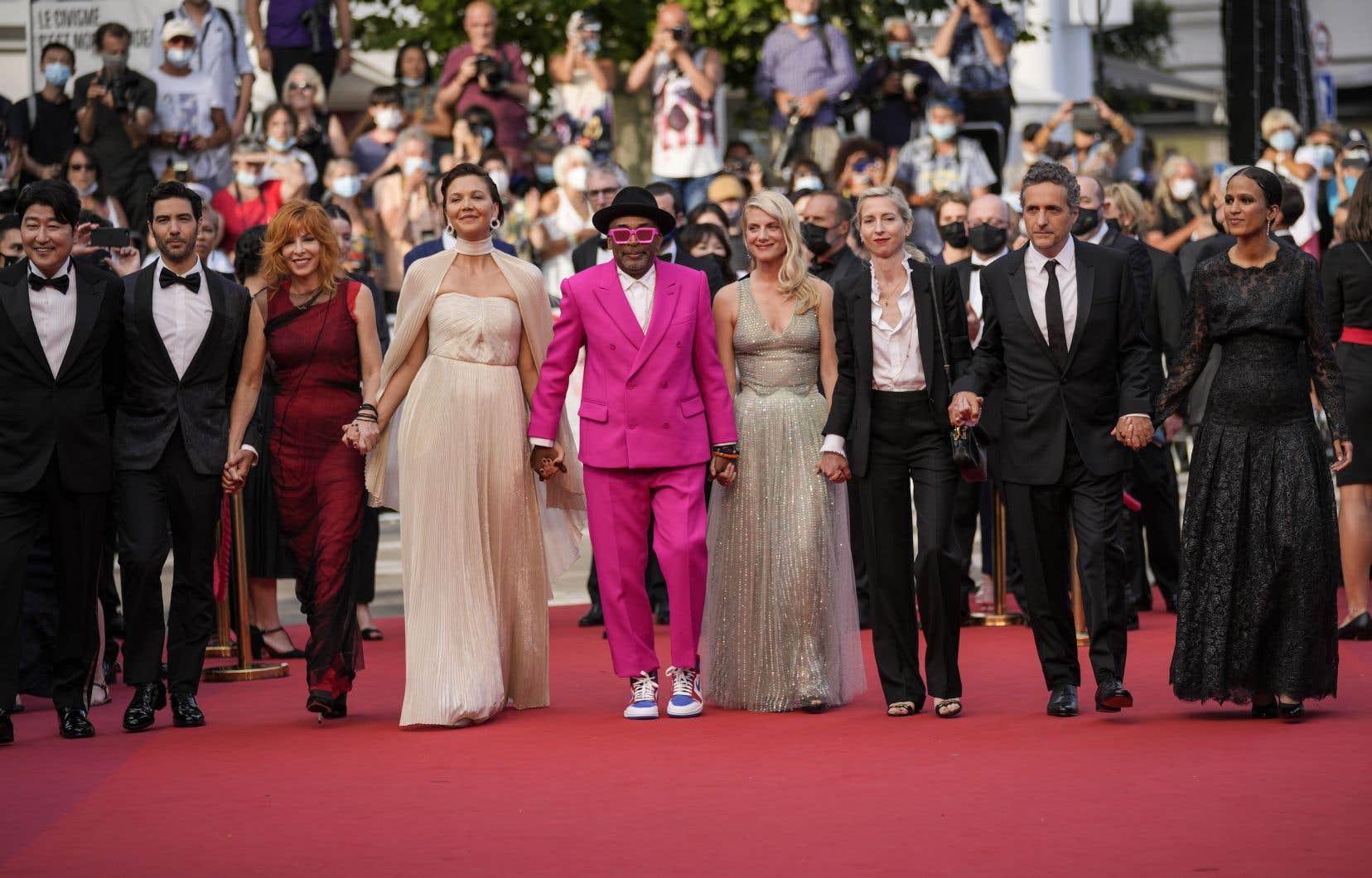 Les membres du jury, majoritairement composé de femmes cette année, ont foulé le tapis rouge lors de la journée d'ouverture du Festival de Cannes. De gauche à droite: Song Kang-ho, Tahar Rahim, Mylène Farmer, Maggie Gyllenhaal, Spike Lee, Mélanie Laurent, Jessica Hausner, Kleber Mendonça Filho et Mati Diop.