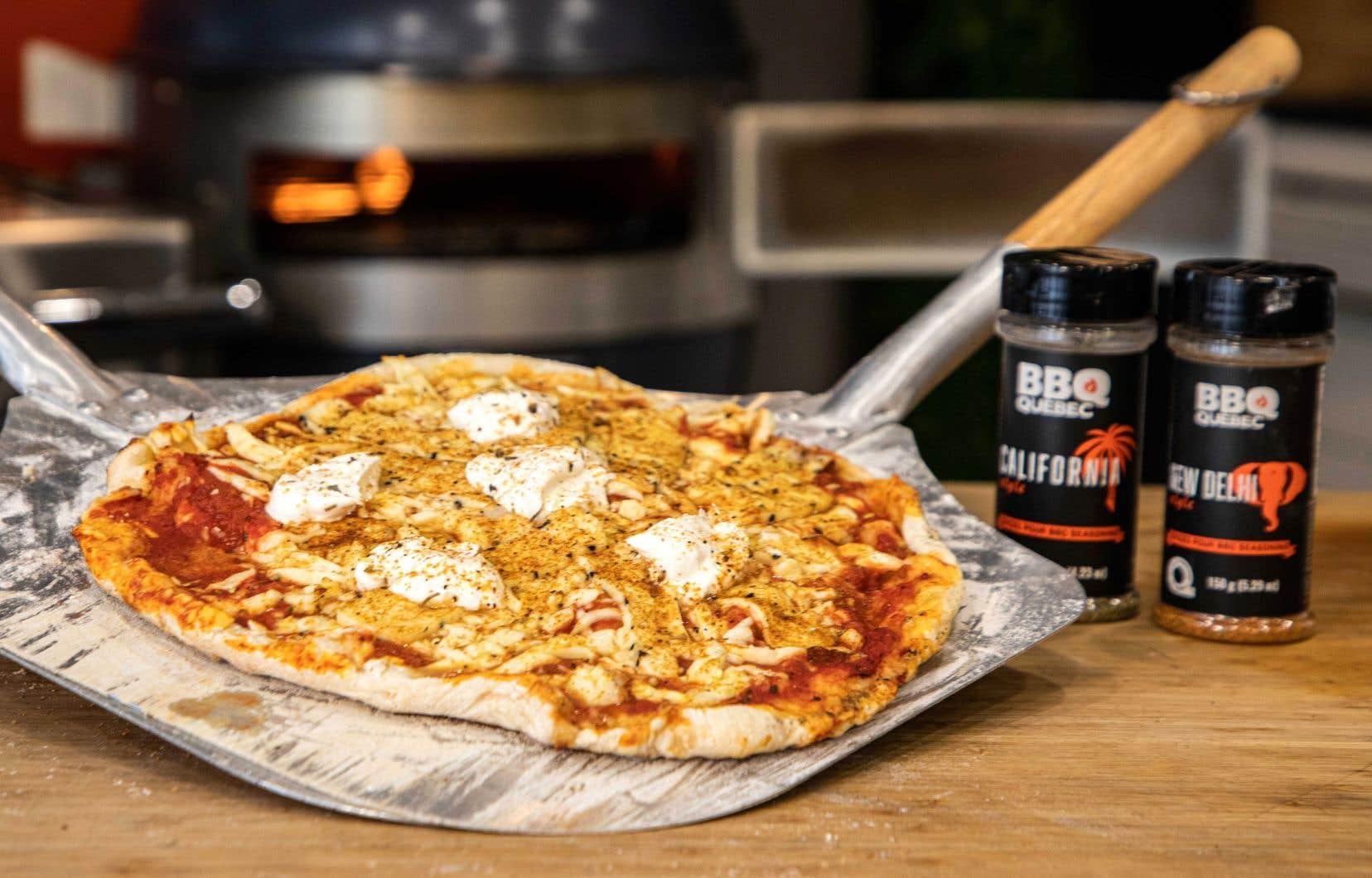 Saupoudrée d'épices California et New Delhi de BBQ Québec, la pizza triple fromage au barbecue est succulente à déguster.