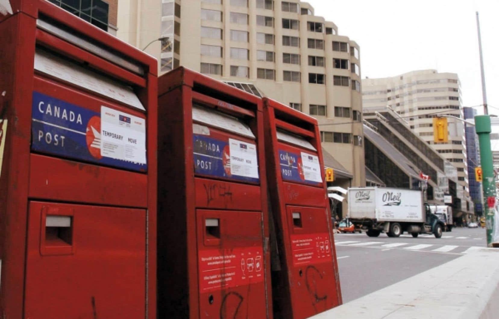 Selon Postes Canada, la situation est à peu près revenue à la normale hier. Le système traite maintenant le courrier ayant été posté les 10 et 11 juillet, soutient la porte-parole de la société de la Couronne, Anick Losier.