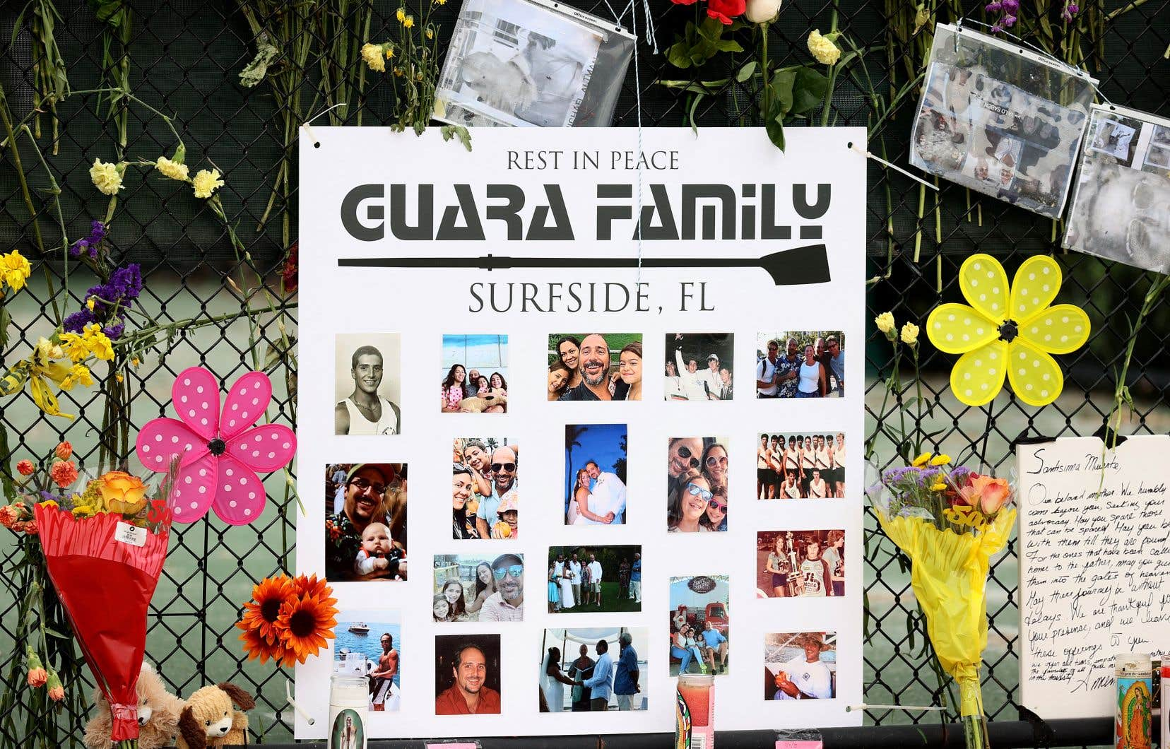 Une affiche montrant des photos de personnes disparues lors de l'effondrement est accrochée au mémorial des victimes de l'effondrement de l'immeuble en Floride.