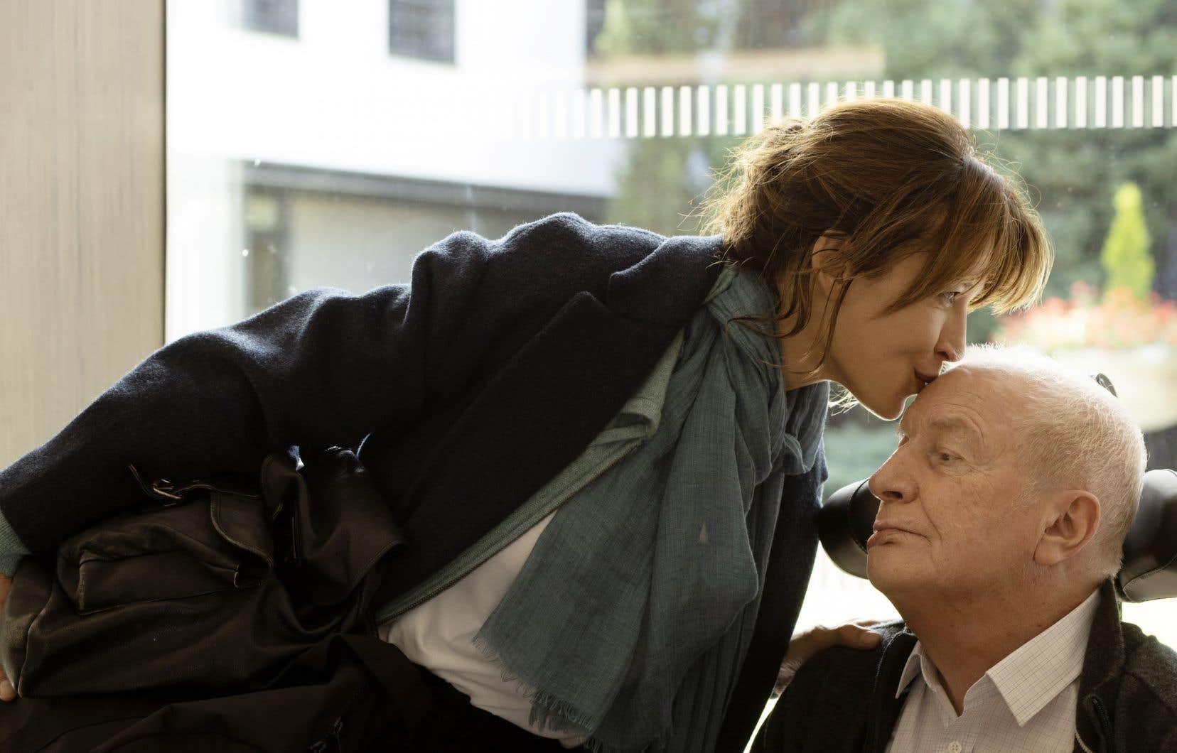 Sophie Marceau joue l'enfant bien-aimée que son père, André Dussollier, charge de mener son projet de mourir quand il l'a choisi à exécution.