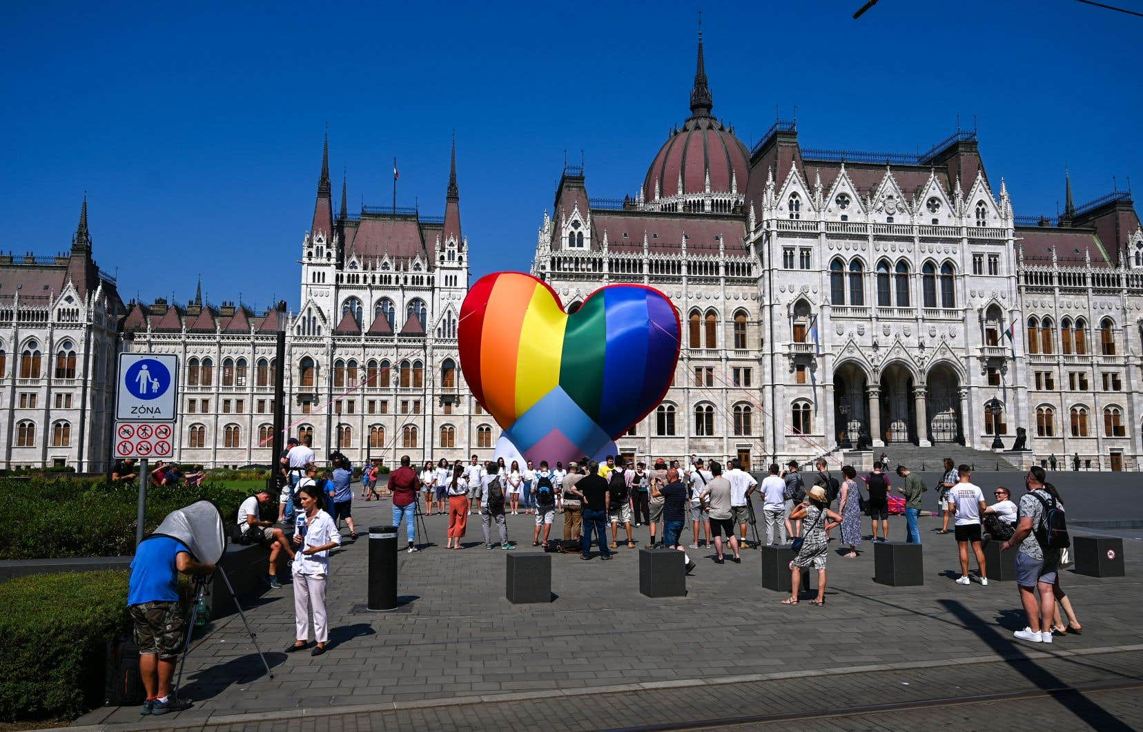 Des organisations de la société civile ont déployé un immense cœur arc-en-ciel devant le Parlement de Budapest en guise de protestation.
