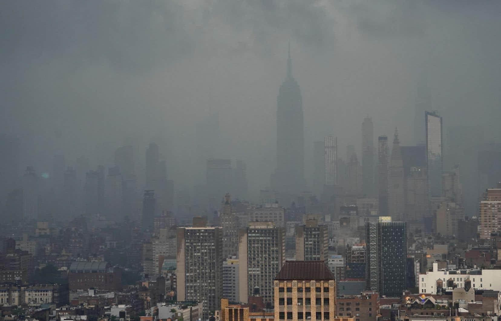 La pluie s'abat sur New York alors que la tempête tropicale «Elsa» se déplace vers le nord-est entraînant de fortes averses et des avertissements de crues soudaines.