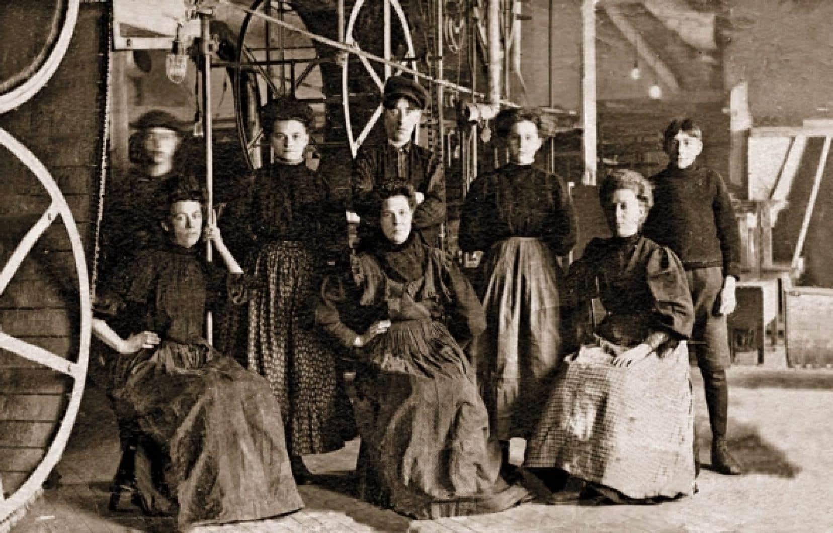 Des allumettières à l'intérieur de l'usine E. B. Eddy, à Hull, vers 1880. On voit à gauche la courroie sur laquelle couraient les allumettes. Les photos dans les fabriques d'allumettes sont rares, car le flash des appareils risquait de provoquer des incendies.<br />