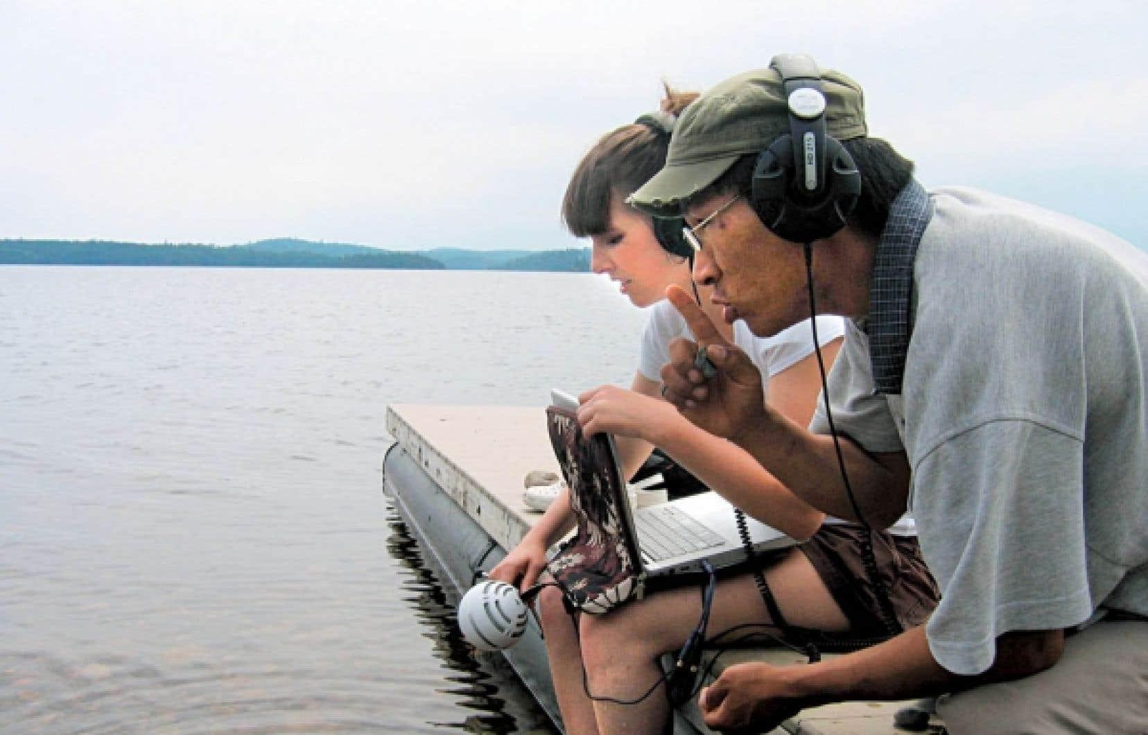 Mélanie Charbonneau et Kevin Papatie, filmés dans le cadre du documentaire Wapikoni, escale à Kitcisakik.