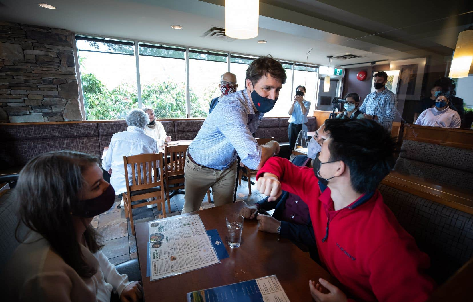 Le premier ministre Justin Trudeau est allé à la rencontre des maires et des citoyens dans des restaurants, et a multiplié les coups de coude.