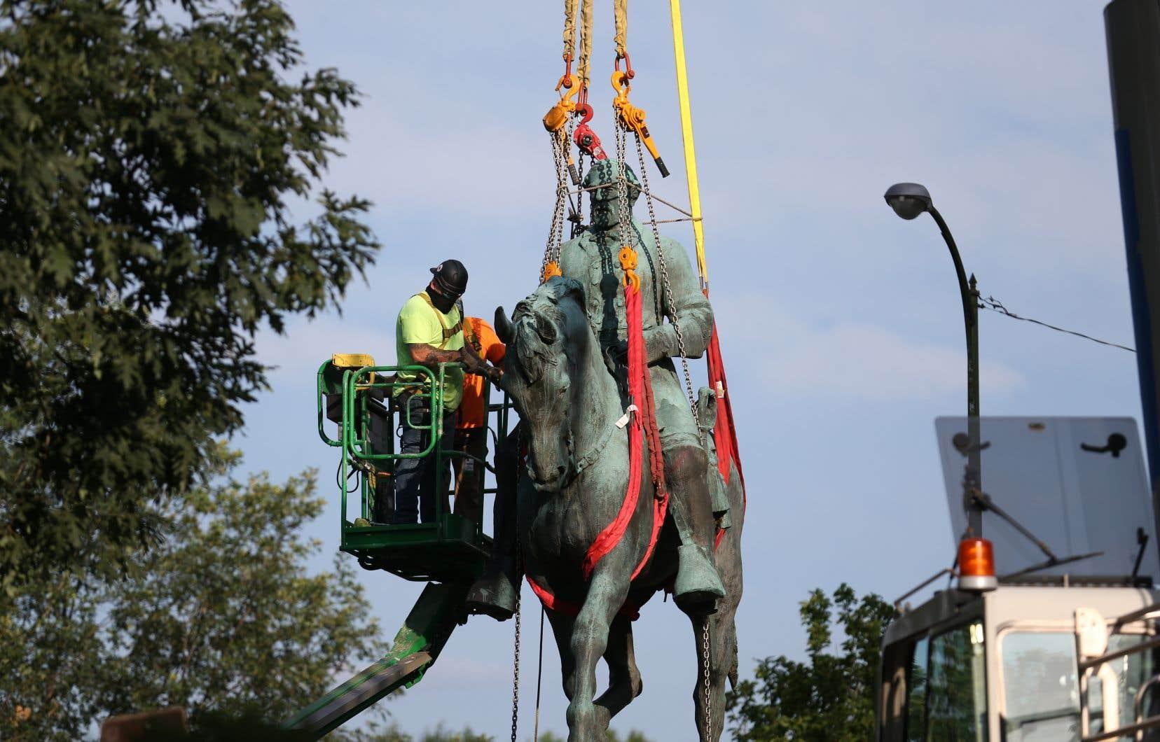 Ses statues avaient contribué à déclencher un violent rassemblement de suprémacistes blancs il y a près de quatre ans.