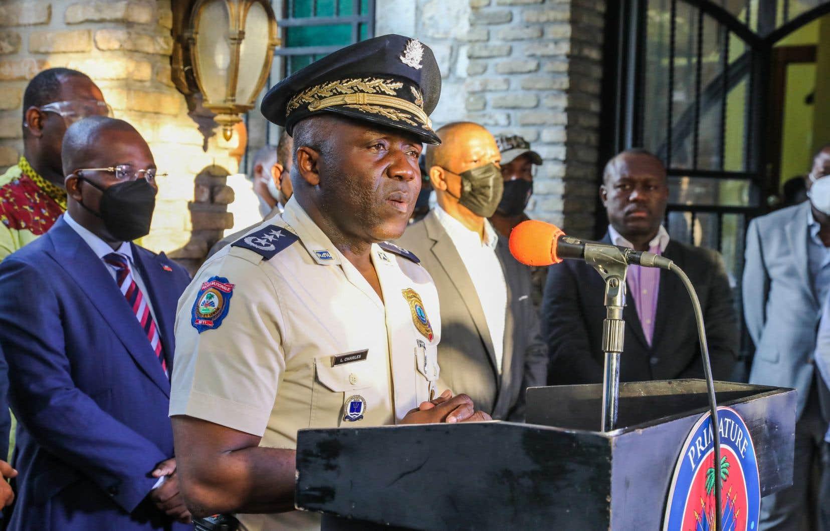 Le directeur de la police haïtienne, Léon Charles, a expliqué que ses hommes ont trouvé plusieurs objets potentiellement d'intérêts au domicile de M. Sanon, dont une casquette à l'effigie de l'agence américaine de lutte contre le trafic de drogue, 20 boîtes de munitions, des parties d'un fusil ainsi que des lettres dont le destinataire n'a pu être identifié.