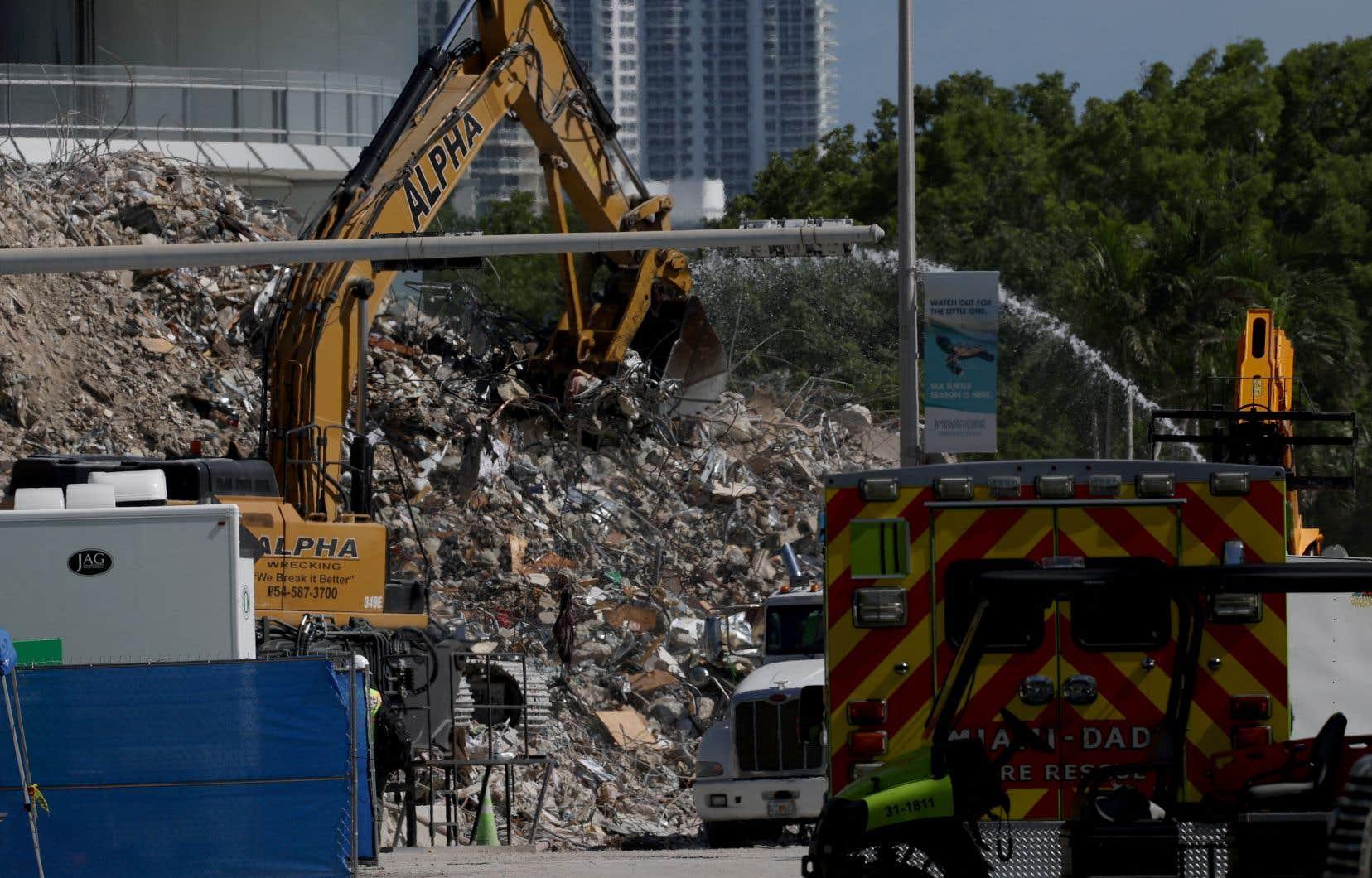 Le Champlain Towers South, immeuble de 12 étages construit sur le front de mer de Surfside, au nord de Miami, s'est partiellement écroulé le 24juin dans la nuit pour une raison encore inconnue.