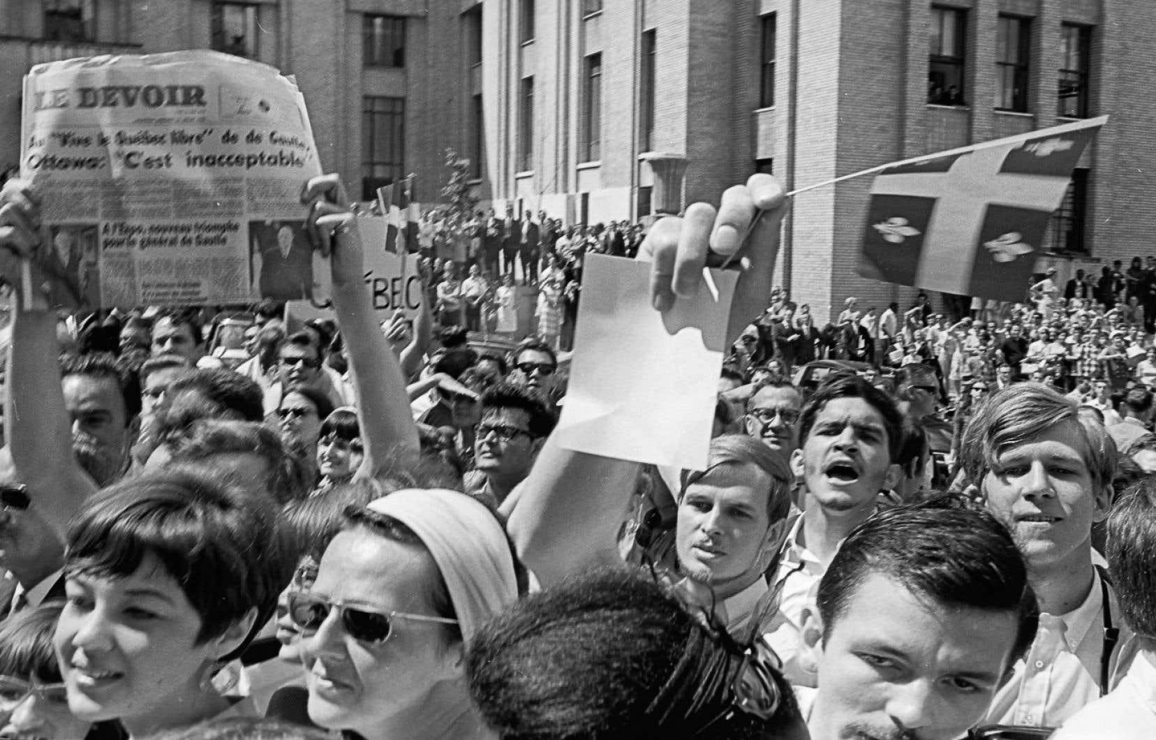 Foule devant l'Université de Montréal en 1967