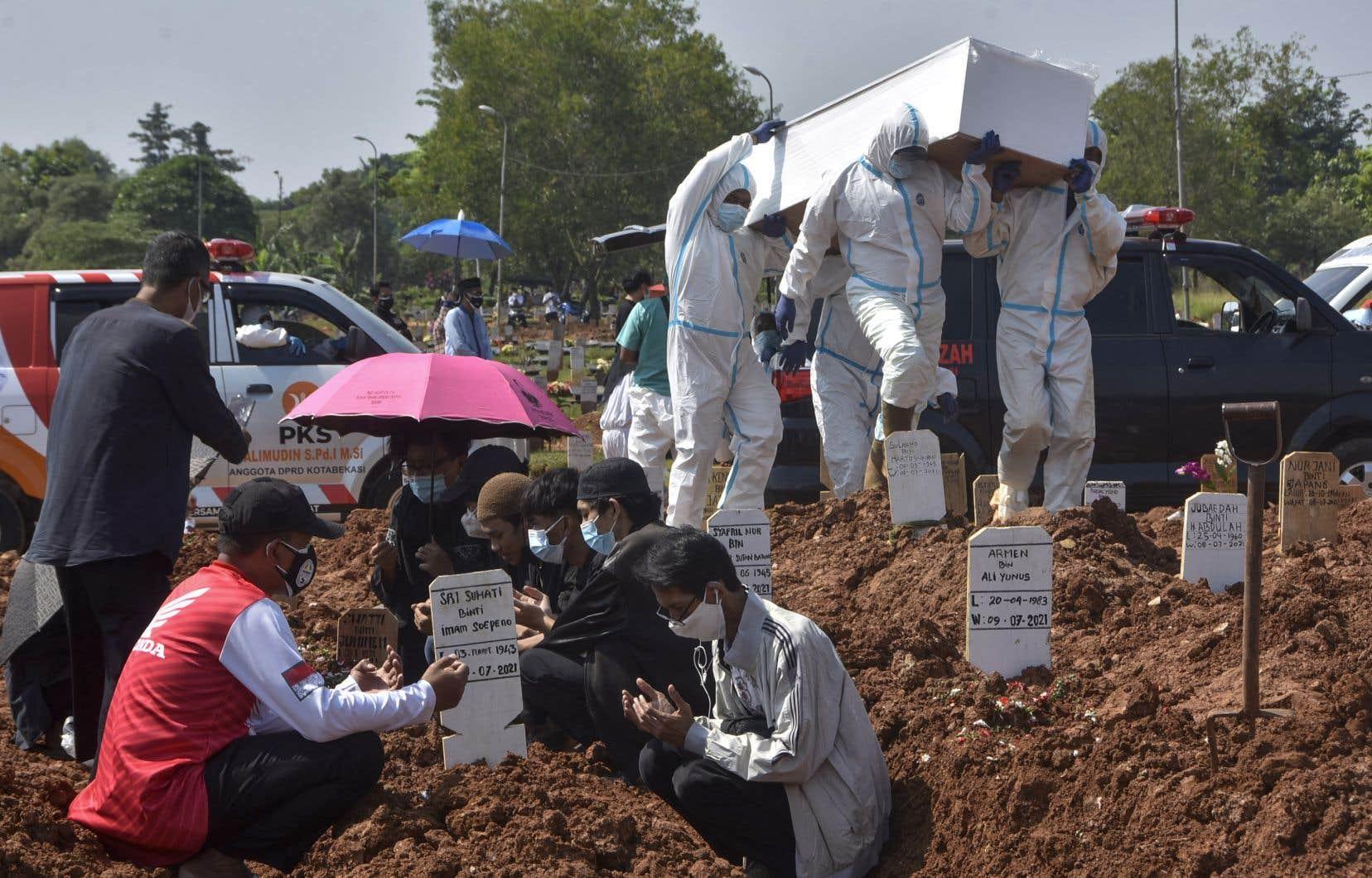 Avec l'augmentation des décès au cours du mois dernier, certains habitants près de Jakarta ont commencé à aider les fossoyeurs surchargés.