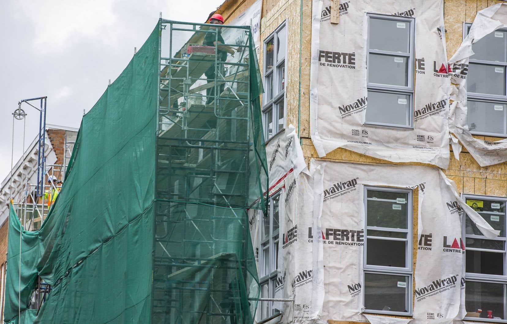 Le programme RénoPlex vise à subventionner les rénovations d'immeubles d'un à cinq logements à Montréal. Sur la photo, un travailleur effectue des travaux sur un bâtiment montréalais.