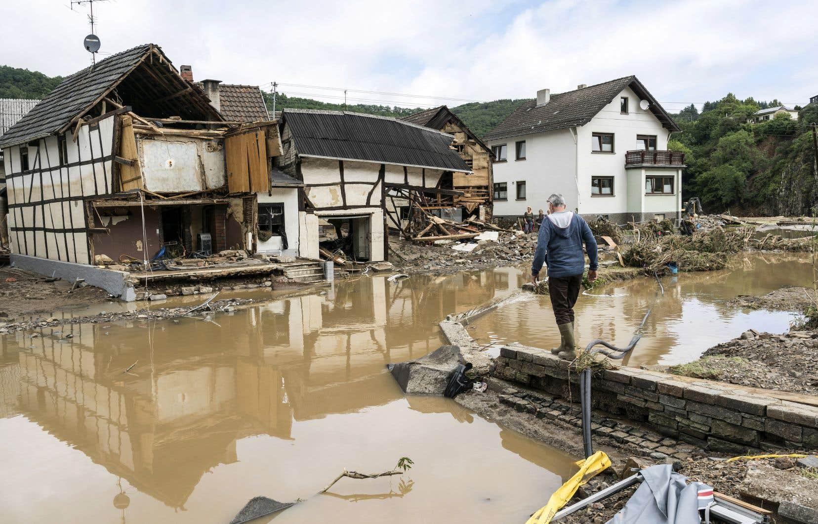 Au moins 59 décès ont été dénombrés en Allemagne, où plusieurs villages restaient jeudi soir coupés du monde, faisant craindre un bilan encore plus élevé. Plusieurs dizaines de personnes sont toujours portées disparues.
