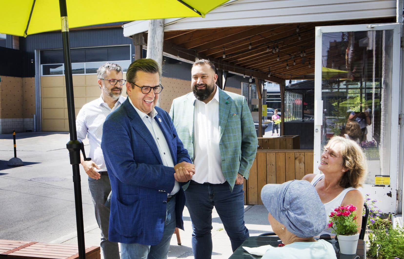 Denis Coderre est allé rencontrer des commerçants et passants au marché Jean-Talon et dans les environs après la conférence de presse jeudi présentant notamment Gilles Grondin (à gauche).
