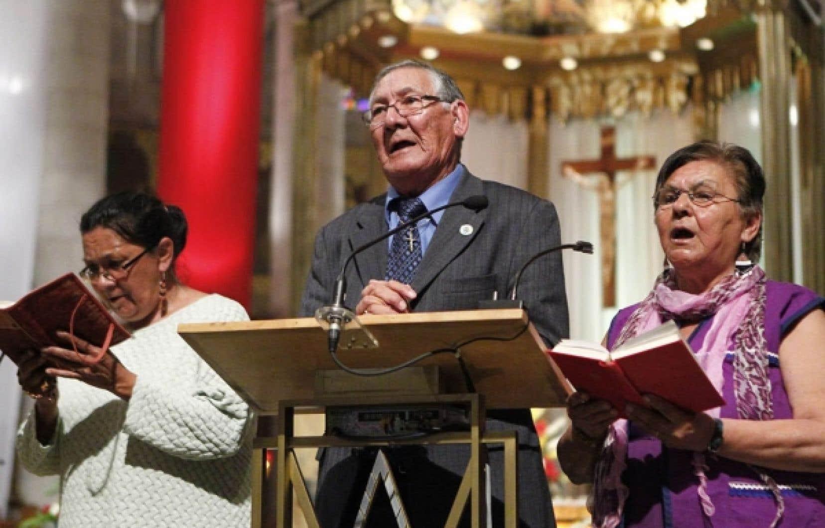 Des chanteurs autochtones ont pris part hier &agrave; la messe c&eacute;l&eacute;br&eacute;e en innu et en fran&ccedil;ais &agrave; la basilique de Sainte-Anne-de-Beaupr&eacute;.<br />