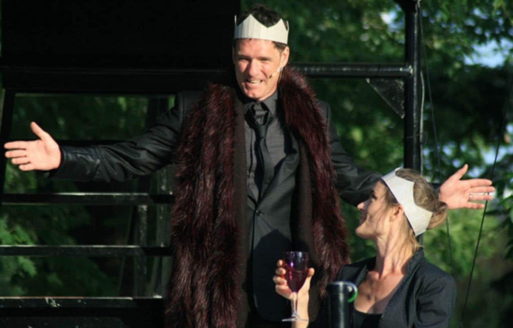 Le comédien Paul Hopkins, interprète de Macbeth, en répétition en vue de la saison estivale qui commence ce soir, de Macbeth, en tournée dans les parcs de Montréal.<br />