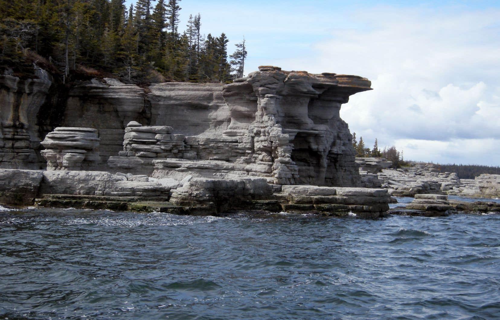 Sculpture de calcaire, ouvragée par le vent et les marées, sur l'île de la Fausse Passe. Vue de retour de l'Île à la Chasse, dans l'archipel de Mingan.