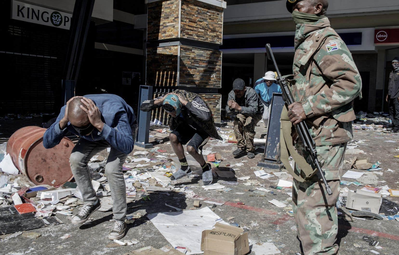 Le gouvernement a déployé des soldats dans deux provinces, y compris dans son centre économique de Johannesburg, pour aider la police à lutter contre les violences meurtrières et les pillages.