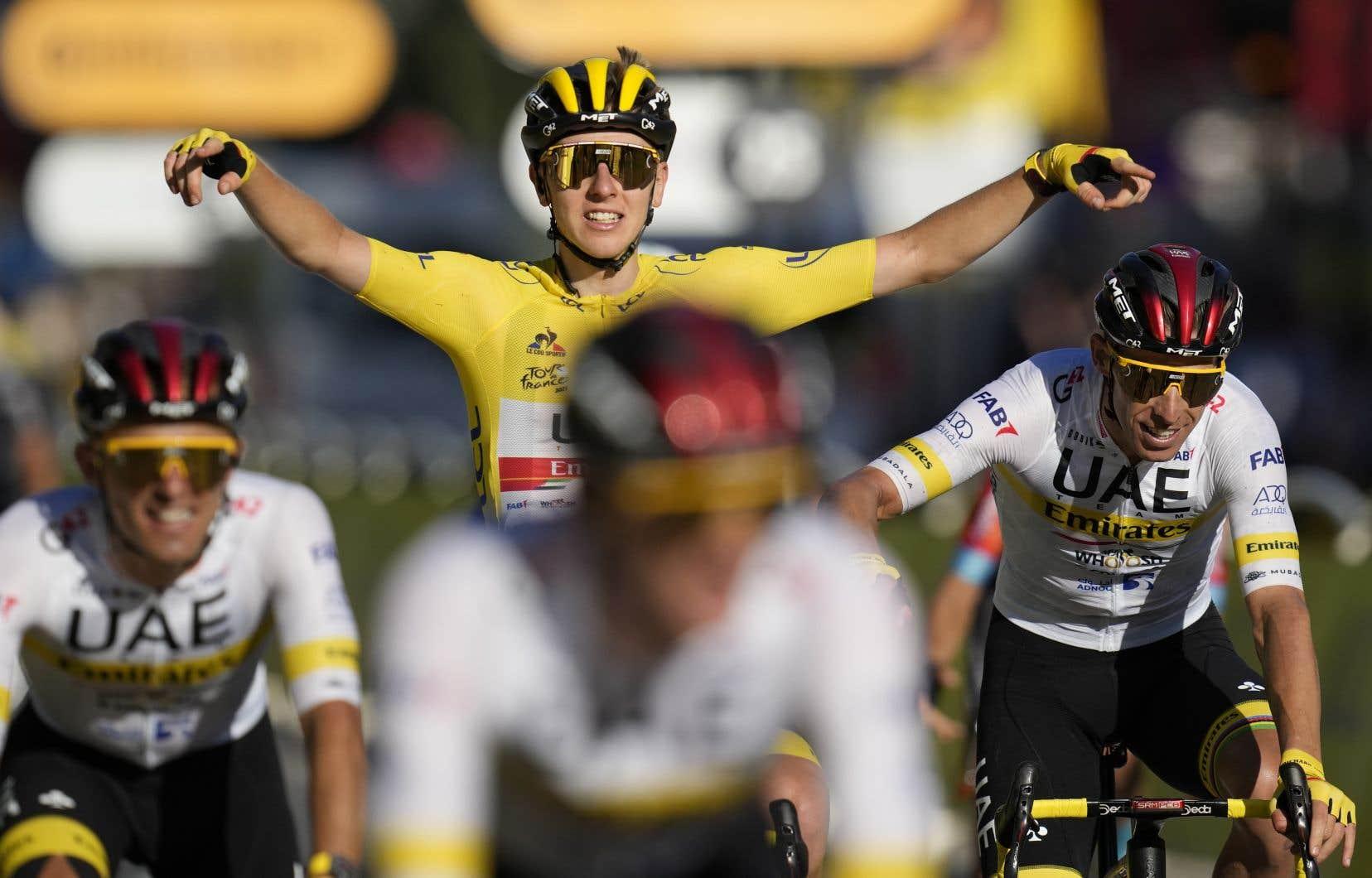 Maillot jaune depuis la huitième étape cette année, Tadej Pogačar a remporté son deuxième Tour de France.