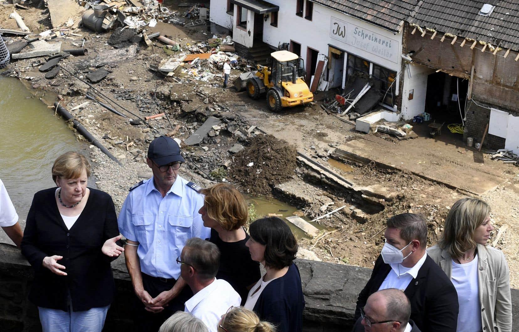 Manifestant son émotion, AngelaMerkel a échangé avec des habitants qui ont tout perdu, prenant la pleine dimension de la plus grande catastrophe naturelle de l'histoire récente de l'Allemagne.