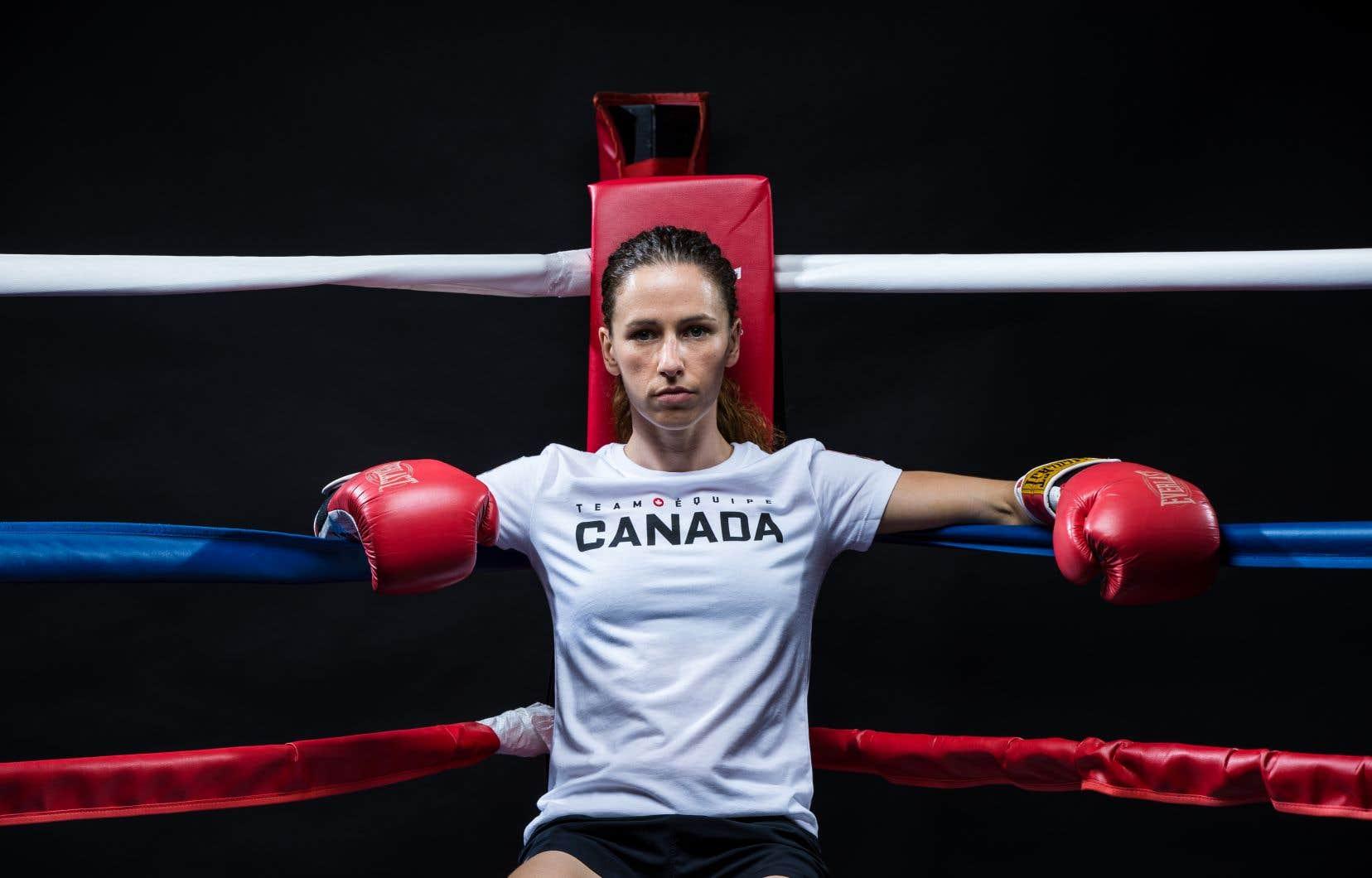 Pour pouvoir participer à ces JO, la boxeuse ontarienne Mandy Bujold a dû obtenir du Tribunal arbitral du sport qu'on tienne compte du fait que, si elle ne s'est pas qualifiée en même temps que les autres, c'est parce qu'elle était en congé de maternité.