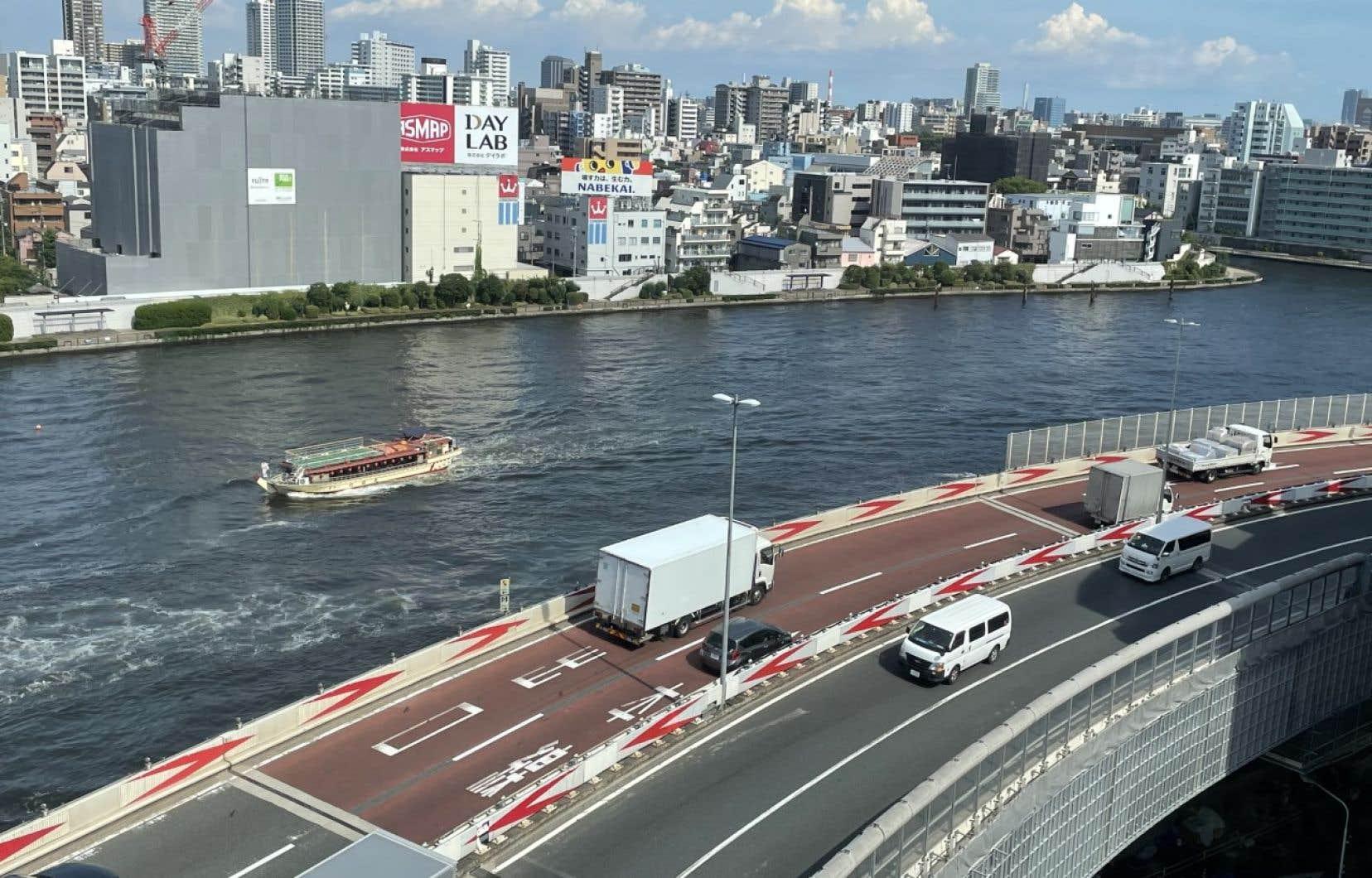 Juché au 11eet dernier étage du petit hôtel, le bureau dispose d'une fenêtre avec vue sur le fleuve Sumida et l'autoroute urbaine 6.C'est là qu'on travaille, qu'on mange et qu'on dort.