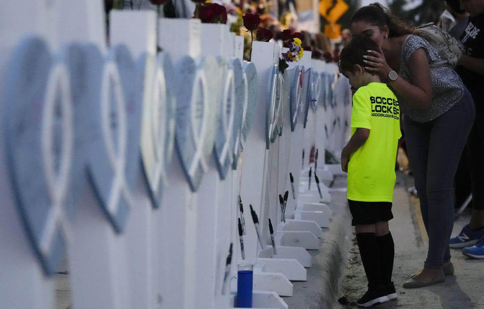 D'après les informations transmises par les autorités locales, au moins 97 personnes sont mortes dans la tragédie du 24 juin dernier. En date de lundi, 95 victimes avaient pu être identifiées.