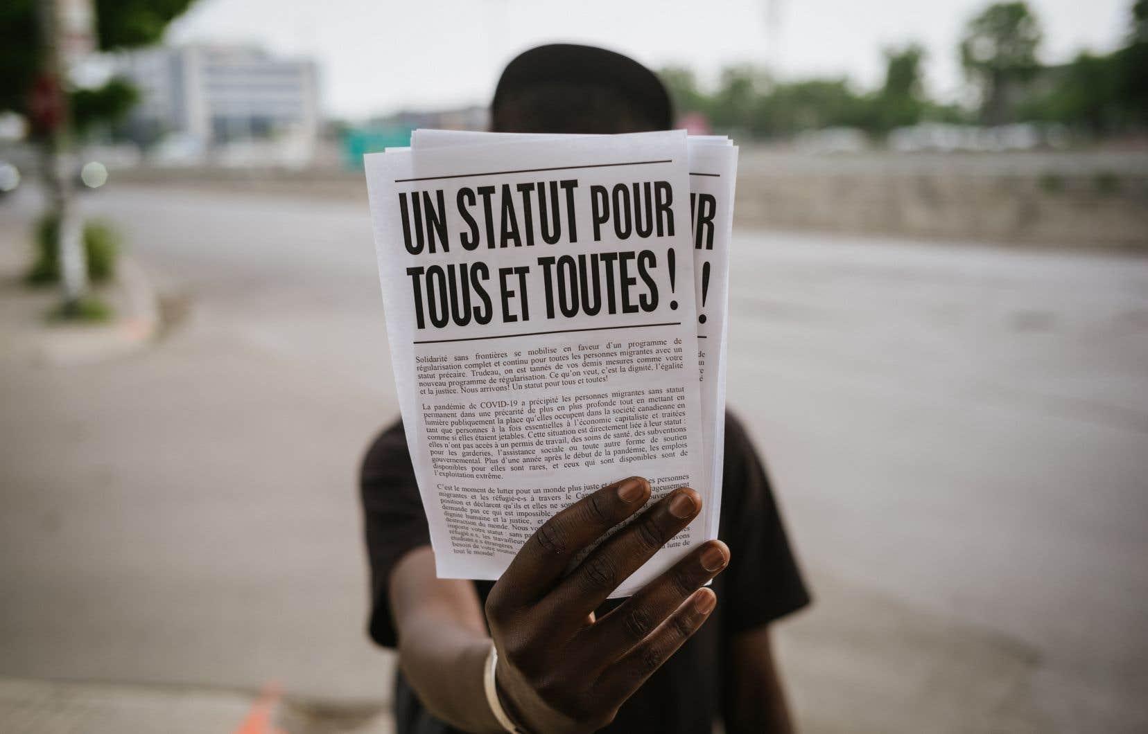 Des dizaines de migrants se sont rassemblées devant la station de métro De La Savane mardi après-midi dans le cadre d'une semaine de manifestations.