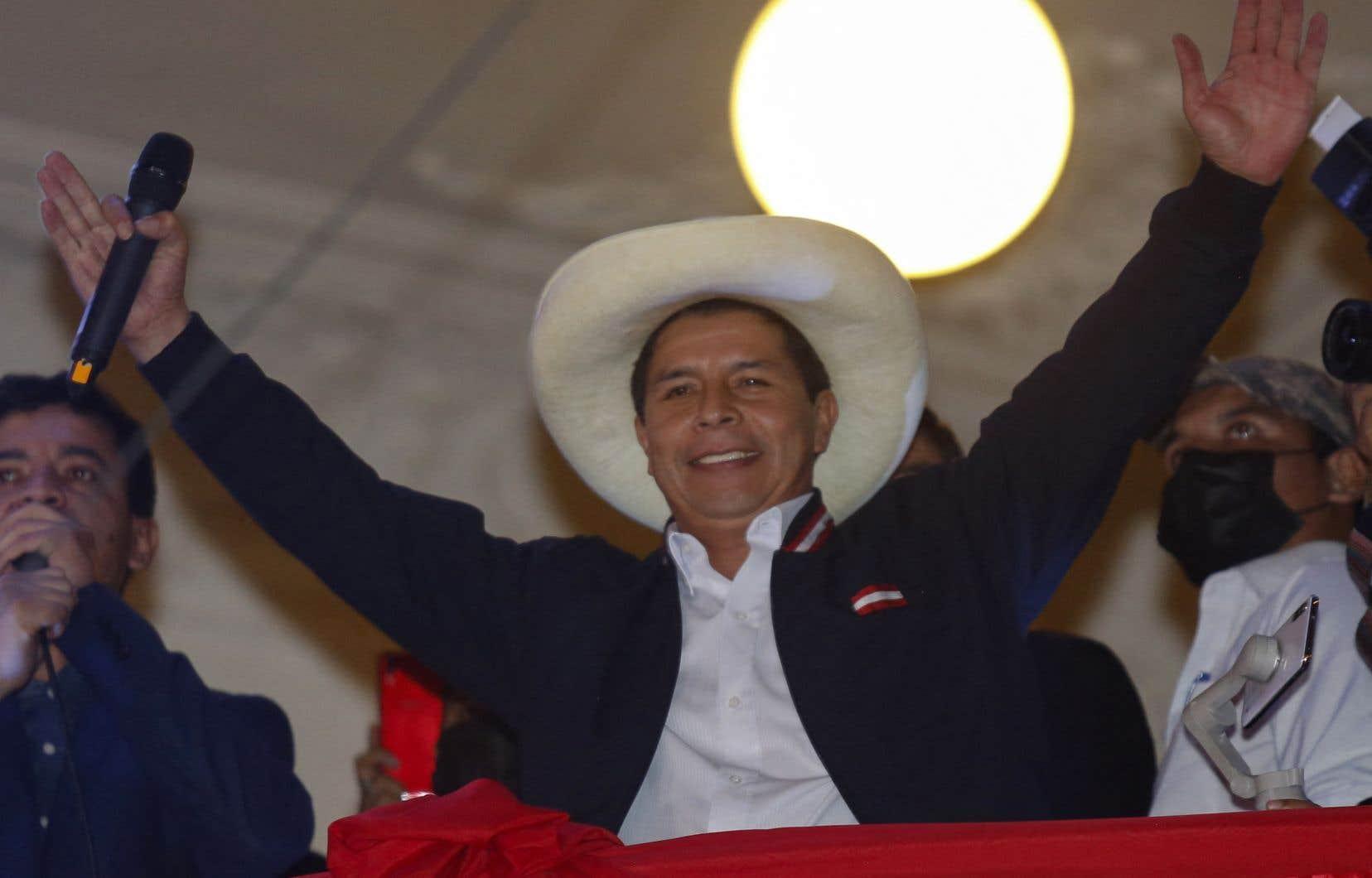 L'ancien enseignant et syndicaliste de 51 ans, chef du parti de gauche Peru Libre, va prendre les rênes d'un pays dont l'économie a chuté de 11,12 % en 2020 et perdu des millions d'emplois à cause de la pandémie de COVID-19. Pedro Castillo a été proclamé officiellement président élu le 19 juillet.