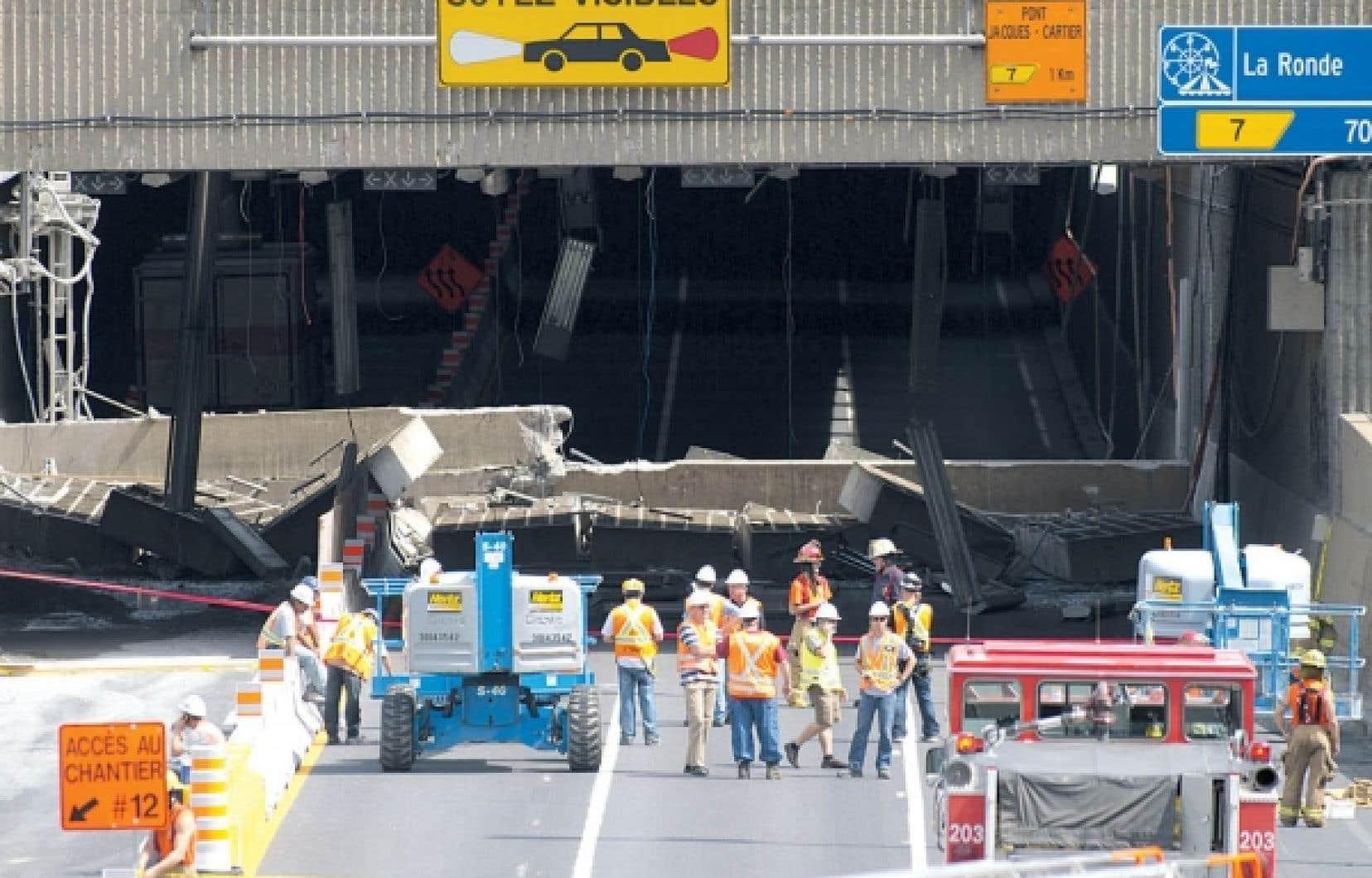 D'énormes pièces de béton obstruent l'entrée de l'autoroute Ville-Marie à la hauteur de la sortie Saint-Laurent, à la suite de l'effondrement d'hier.<br />