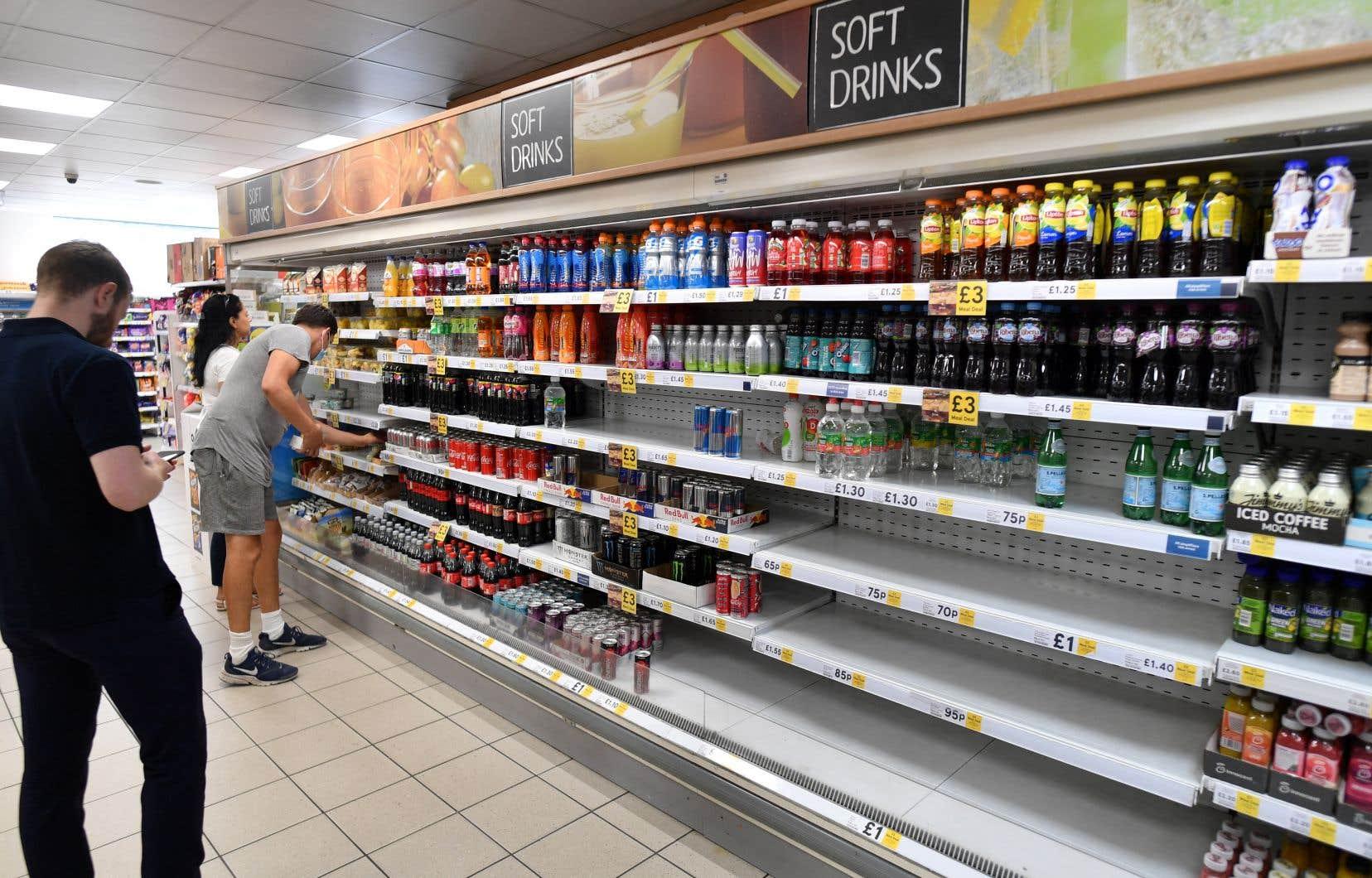 Rayons vides au supermarché, lignes de métro interrompus,le nombre de cas positifs grimpe en flèche depuis plusieurs semaines,handicapant l'économie, des transports à la distribution alimentaire.