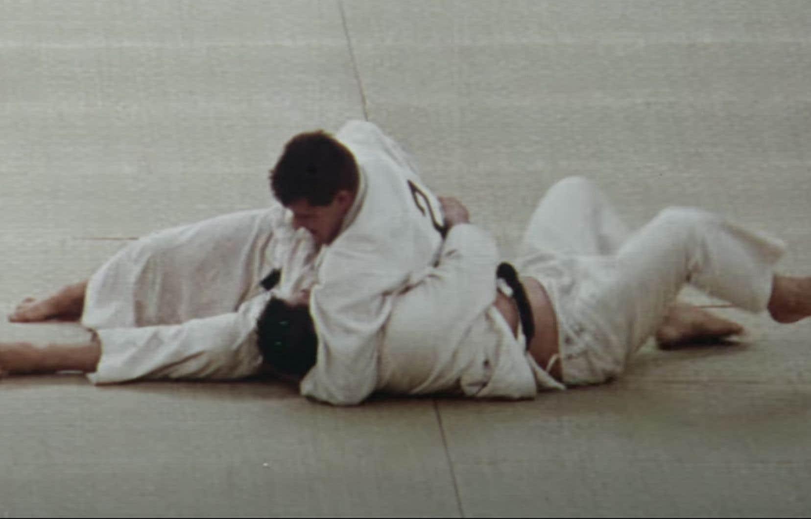 Kon Ichikawa se colle au plus près de l'expérience profondément humaine vécue par les athlètes, comme celle du judoka prisonnier d'une prise dont il ne se sortira pas.