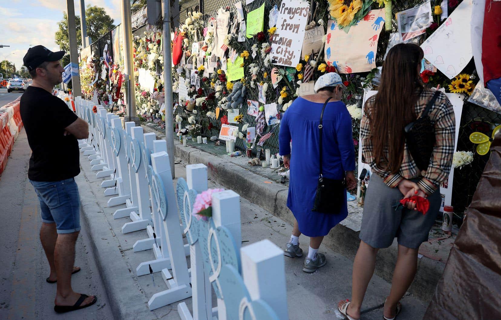 Les autorités locales ont déclaré qu'au moins 97 personnes avaient perdu la vie dans l'effondrement. Près du site de la catastrophe, des croix en bois ont été érigées en l'honneur des défunts.
