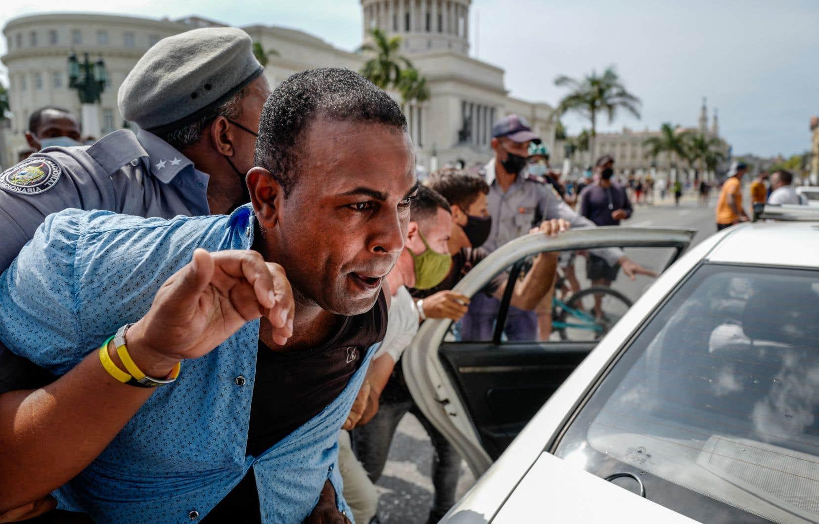 «À Cuba, les vives contestations et les manifestations des citoyens alimentent les appels à un changement de régime plus de 60ans après la révolution ayant mis fin à la dictature militaire de Batista», écrit l'auteur.