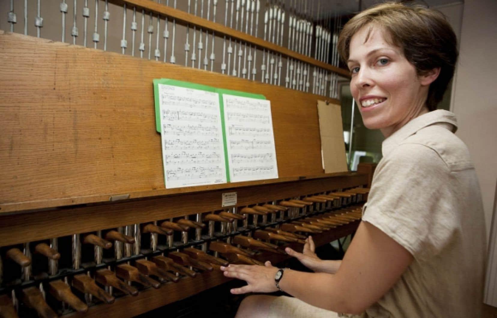 Andrée-Anne Doane, 28 ans, devant le carillon de l'oratoire Saint-Joseph. Cet instrument étrange en est un de percussion, mais dont le clavier, qui se joue avec les poings, ressemble à celui de l'orgue ou du piano.<br />