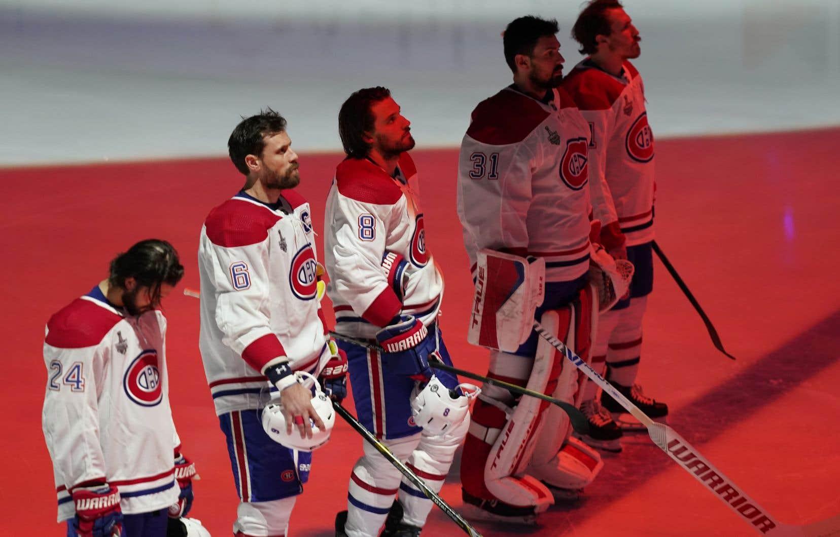Durant les séries, l'hymne national du Canada a été chanté en français et s'est terminé en anglais. Mais selon l'auteur, un hymne national qui se termine en anglais au Québec, c'est le summum de l'aliénation.