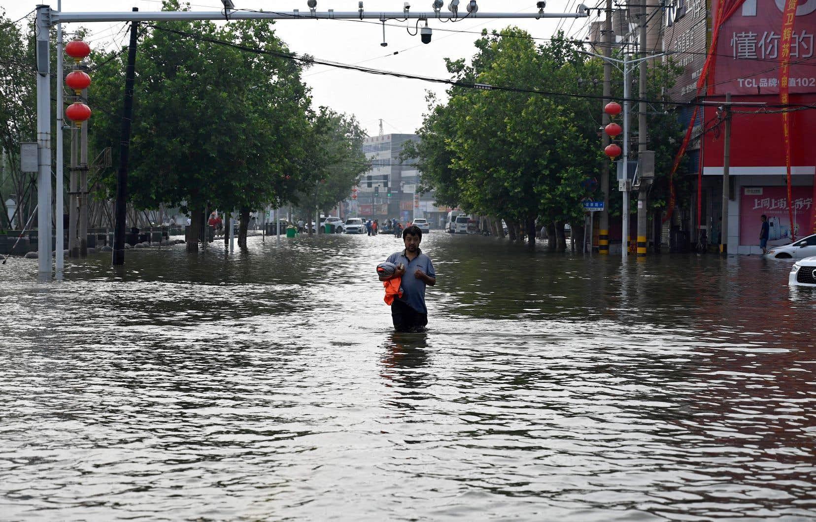 Le Henan, troisième province chinoise par la population avec près de 100 millions d'habitants, a été frappé par des précipitations records ces derniers jours, transformant les rues en rivières.