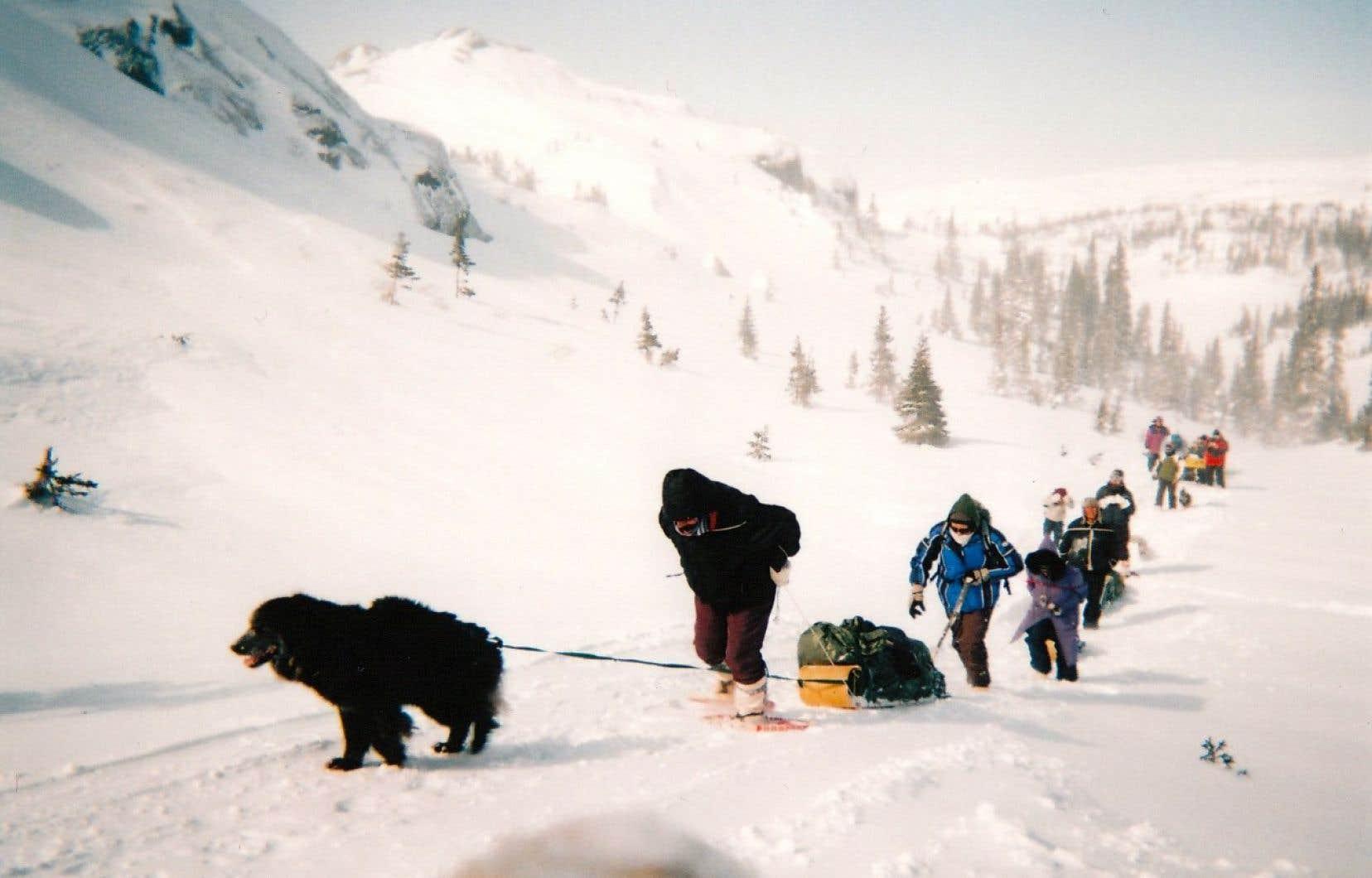 Chaque printemps, Elizabeth Penashue entreprend un périple sur les Mealy, terre sacrée pour les Innus et les Inuits. Elle ouvre la marche, suivie de membres de sa famille.
