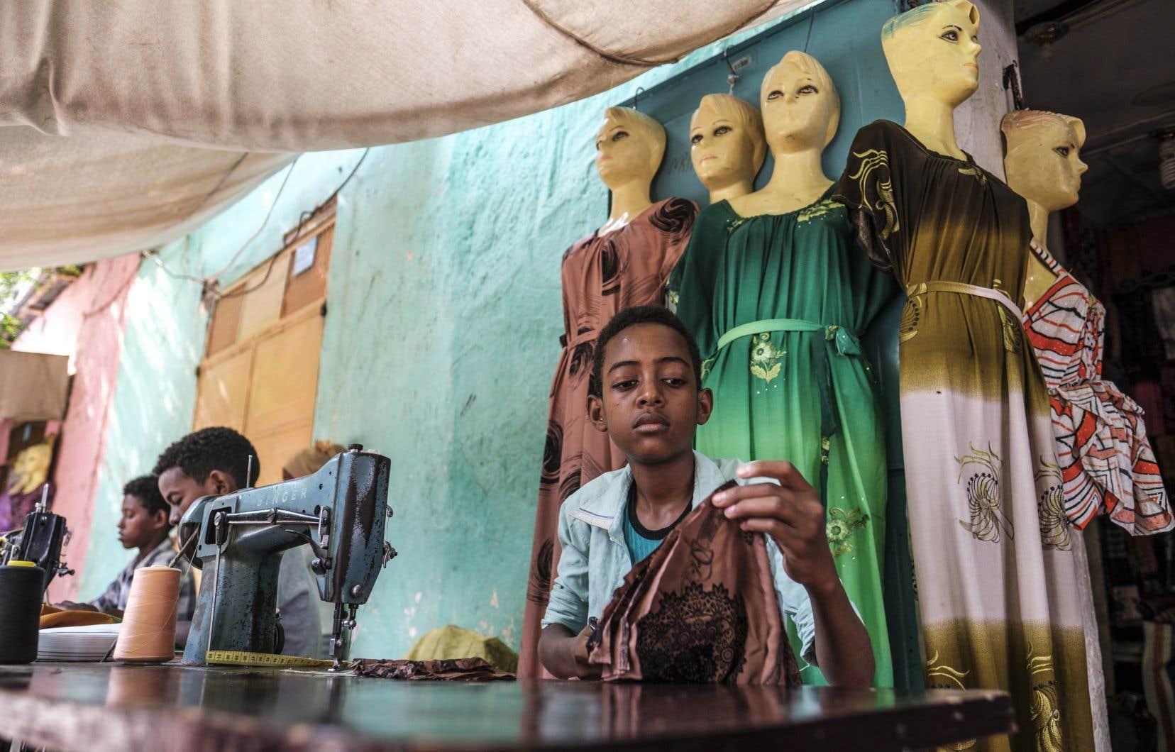 Selon le Bureau international du travail, 168 millions d'enfants travaillent dans le monde, rappelle l'auteur. Sur la photo, de jeunes garçons travaillant comme tailleurs dans une boutique du marché de Humera, en Éthiopie.
